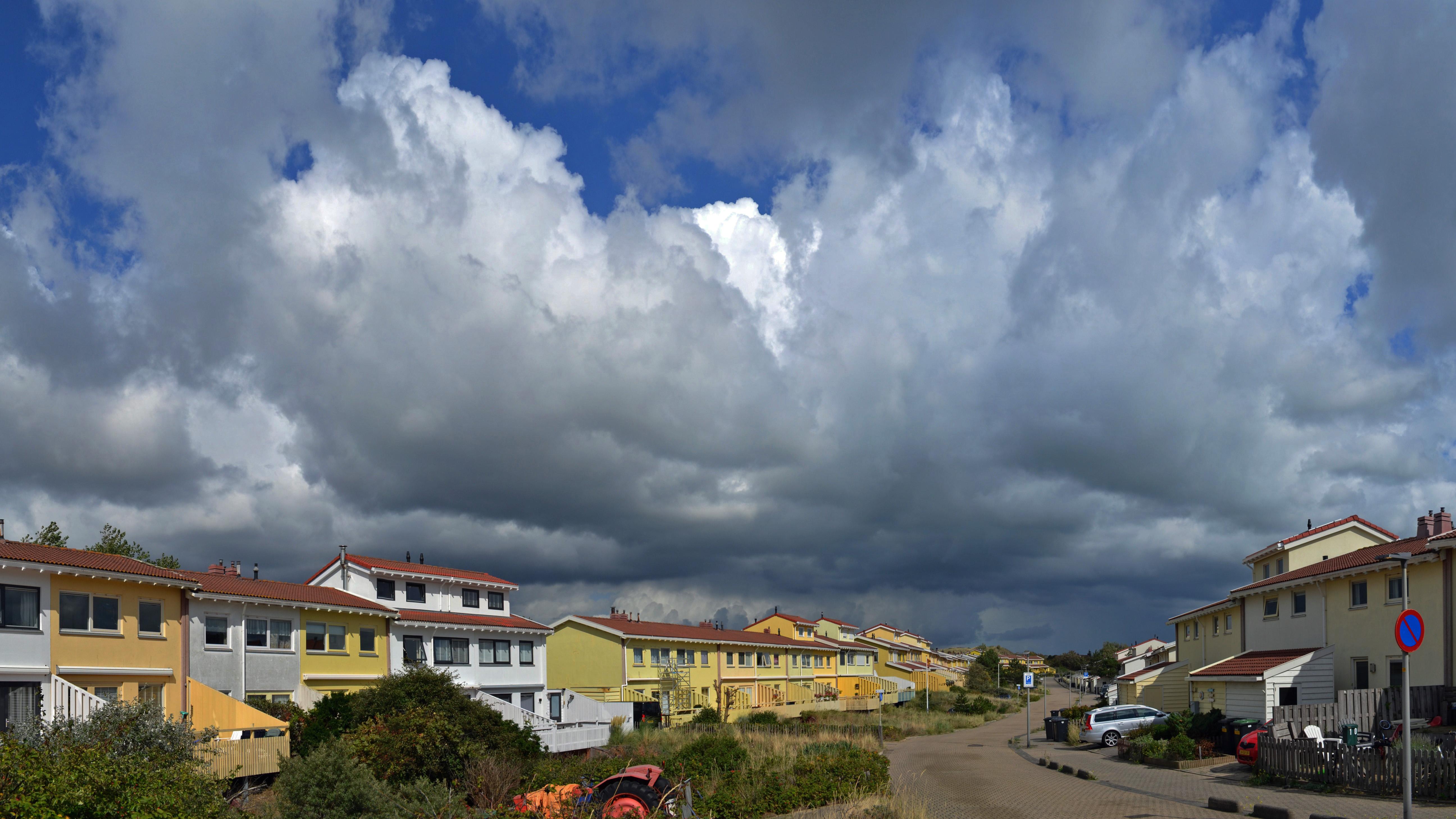 Donkere wolken boven het kustdorp  (Foto: Sjef Kenniphaas).