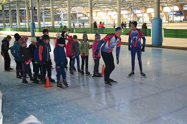 Leerlingen van de basisscholen krijgen op de kunstijsbaan te Haarlem het schaatsen onder de knie. (Foto: IJsclub Kees Jongert)
