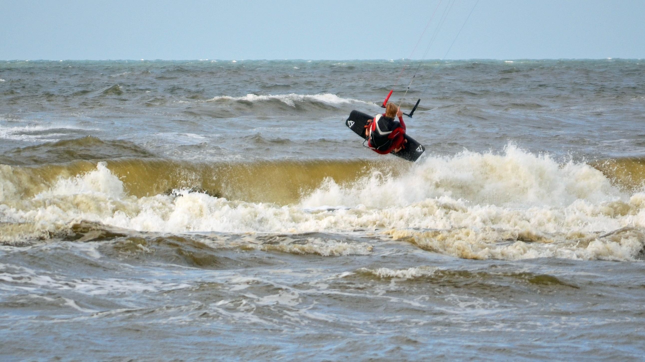 Het was prima Kitesurfweer, windkracht 5 en een lekkere temperatuur (Foto: Sjef Kenniphaas).