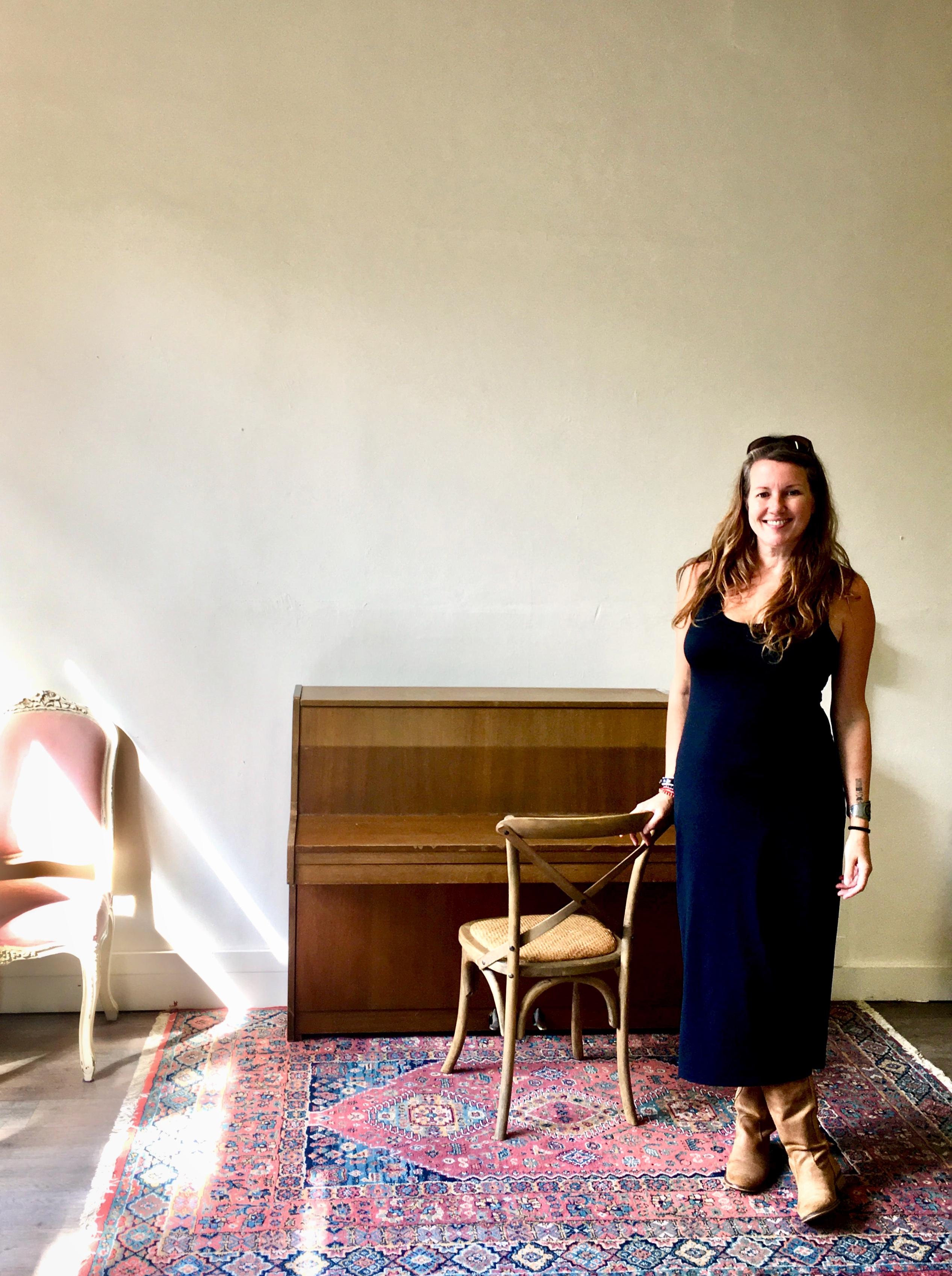 Helen Botman heet iedereen welkom in de culturele ontmoetingsplaats 'OldSkoel'. (Foto: aangeleverd)