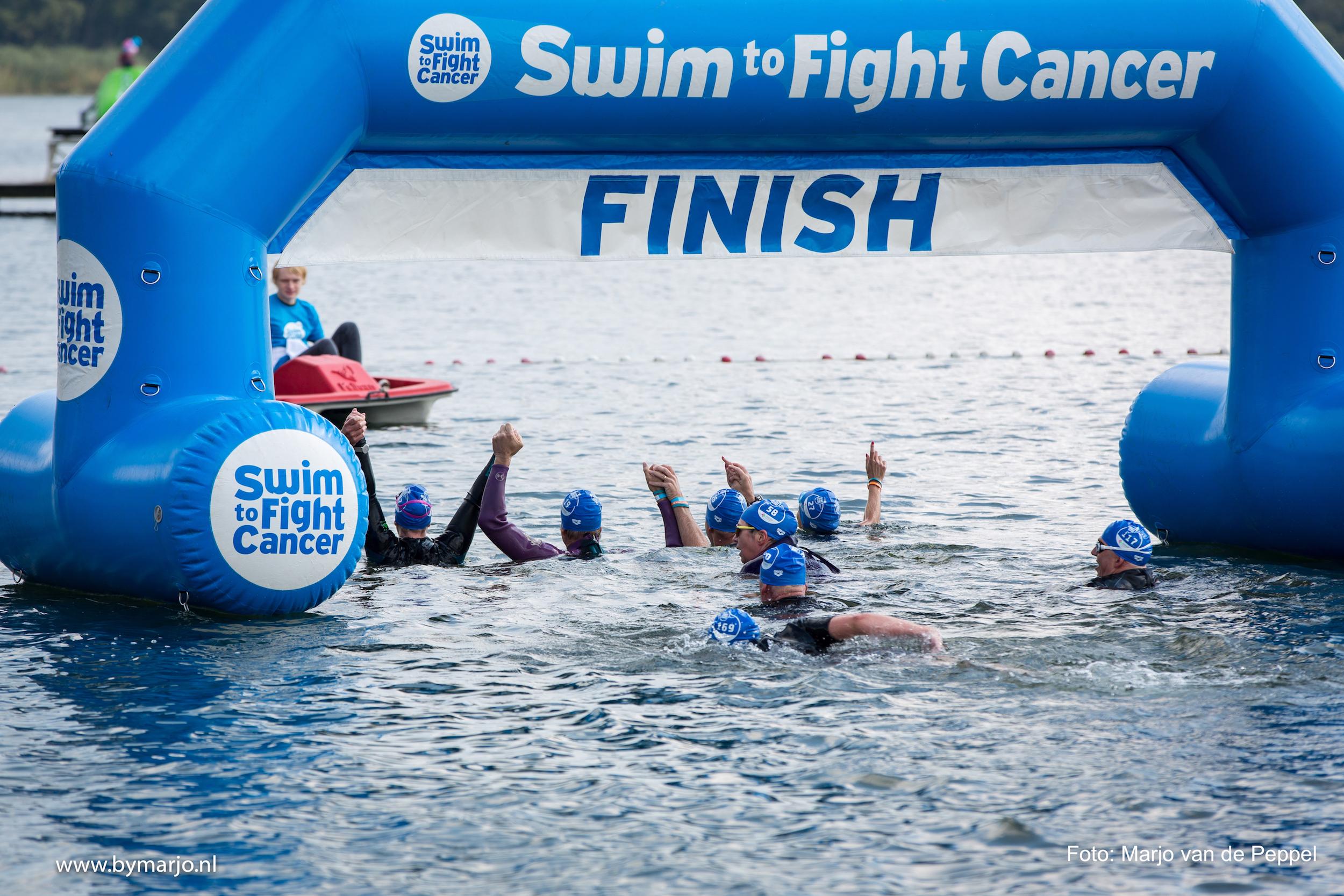 Ruim 130 deelnemers zwemmen een of twee kilometer in het Oude Veer om zoveel mogelijk geld op te halen voor Stichting Fight Cancer. (Foto: Marjo van de Peppel)