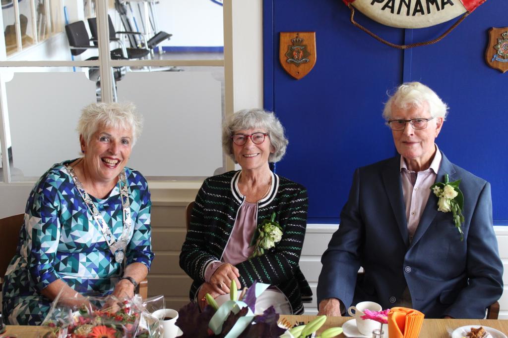 Het trotse bruidspaar Joop Valkering en Elly Hooijschuur samen met burgemeester Hetty Hafkamp. (Foto: Alex Valkering).