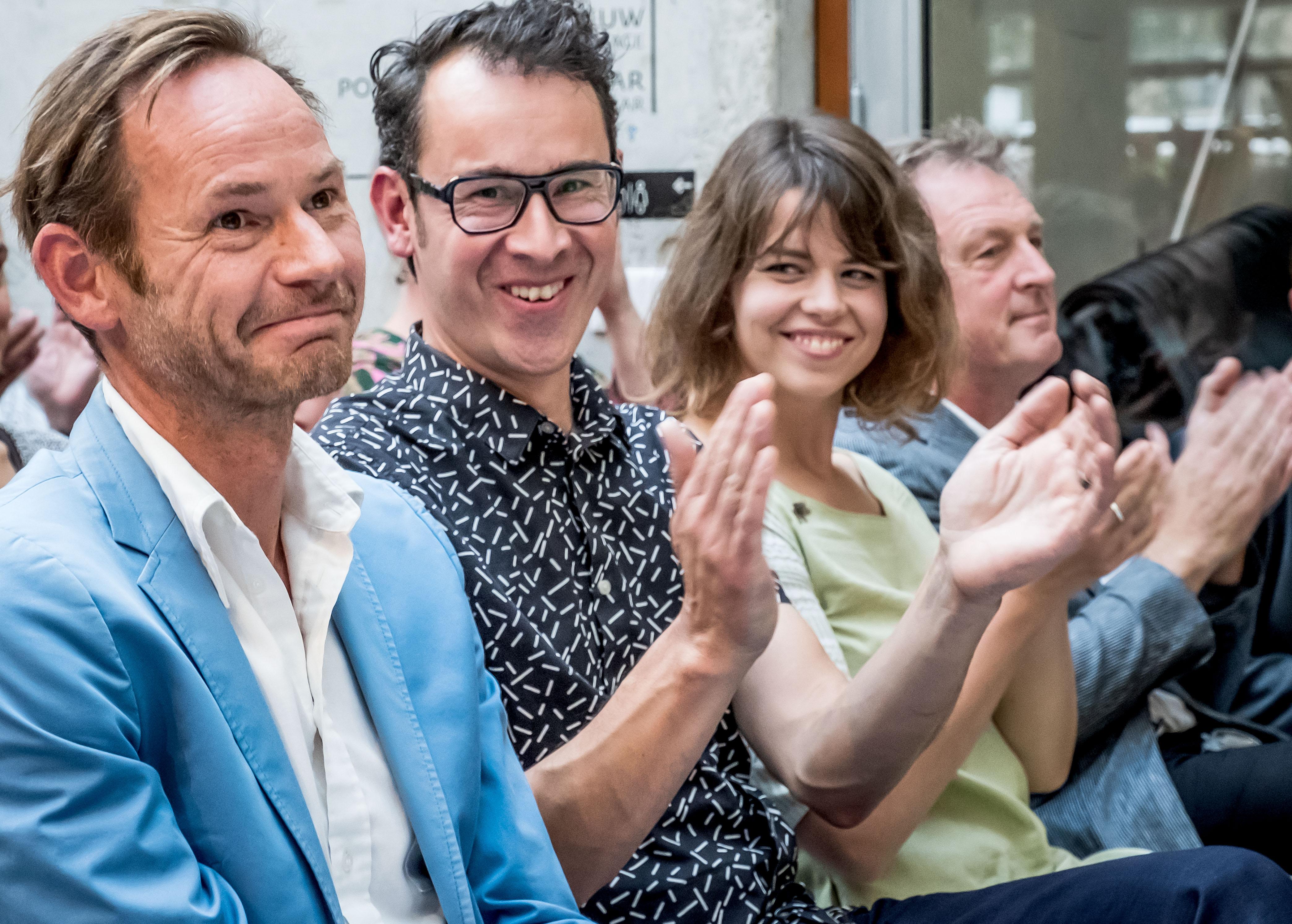 Martijn Engelbregt uit Bergen (l) ontvangt de Victoriefonds Cultuurprijs in de categorie Visuele Kunsten. (Foto: aangeleverd)
