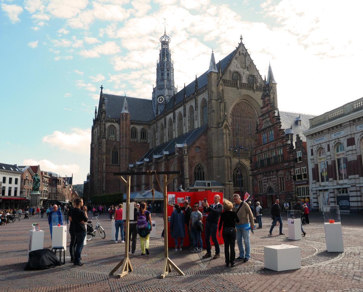 Kunst bekijken in de buitenlucht (Foto: Museum Haarlem).