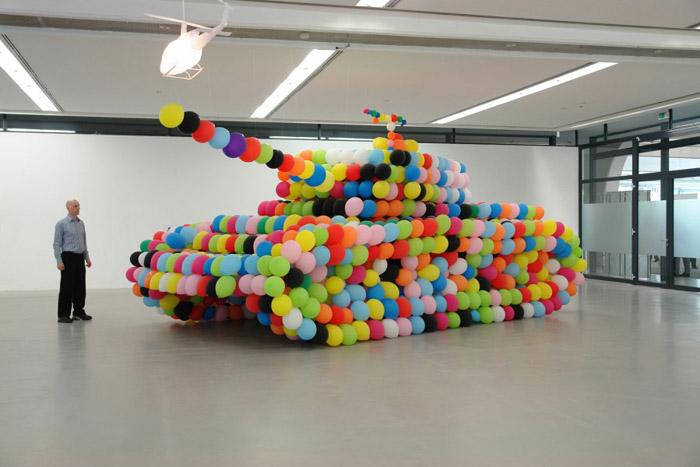 Ballonkunstenaar Ricardo gaat ter plekke een tank van ballonnen maken op ware grootte. (Foto: Aangeleverd)
