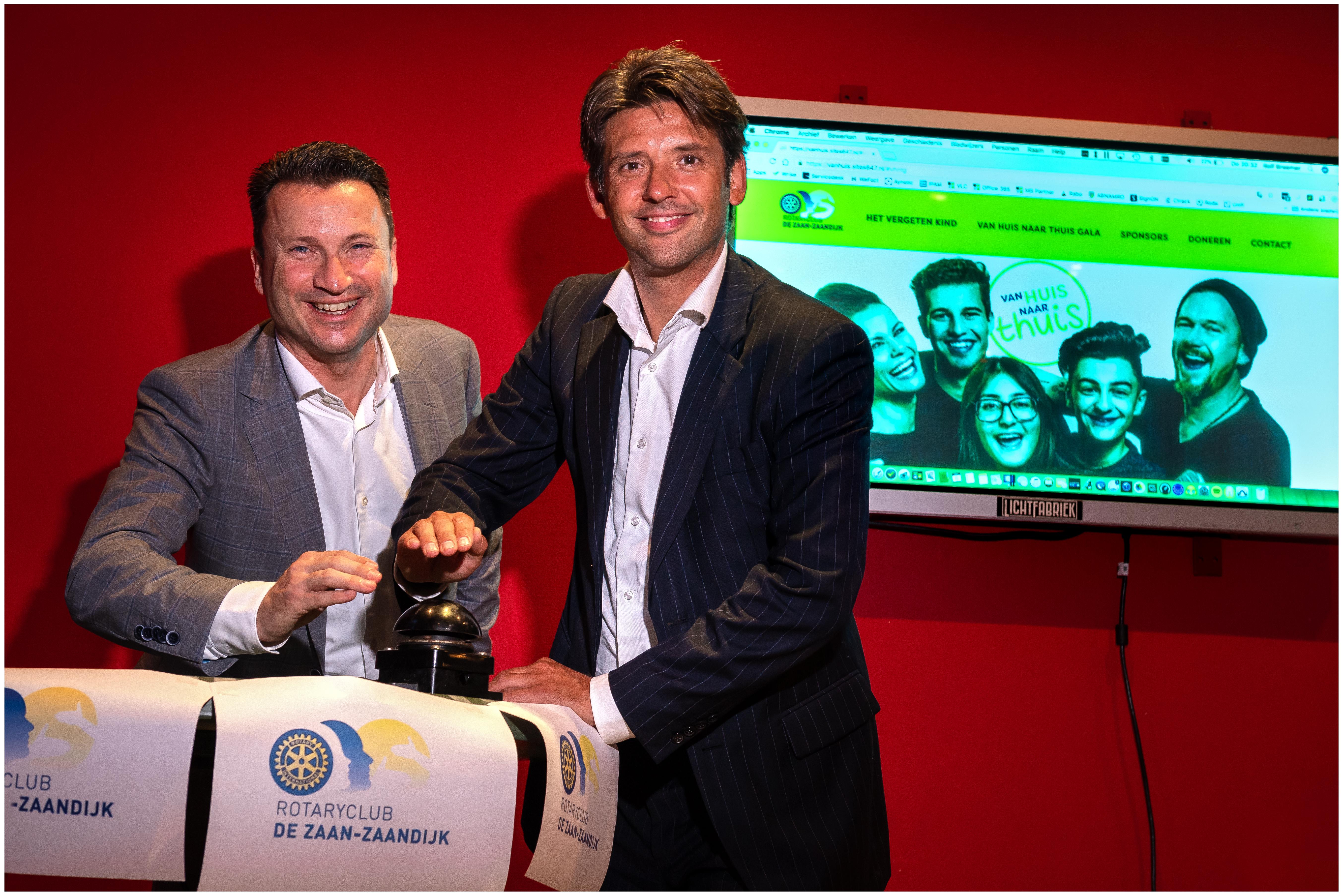 Wethouder Gerard Ram (rechts) en voorzitter van RC De Zaan - Zaandijk Olof Frankfort (links). (Foto: Bart Homburg)