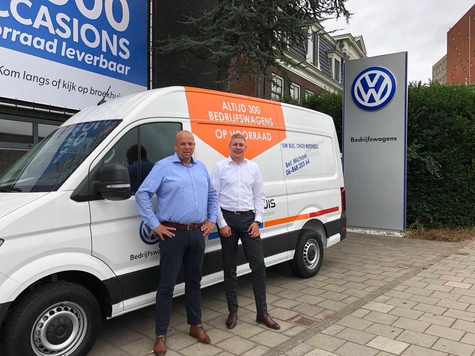 Michael Sanders en Teun van Laar zijn de klant graag van dienst. (foto: Broekhuis)