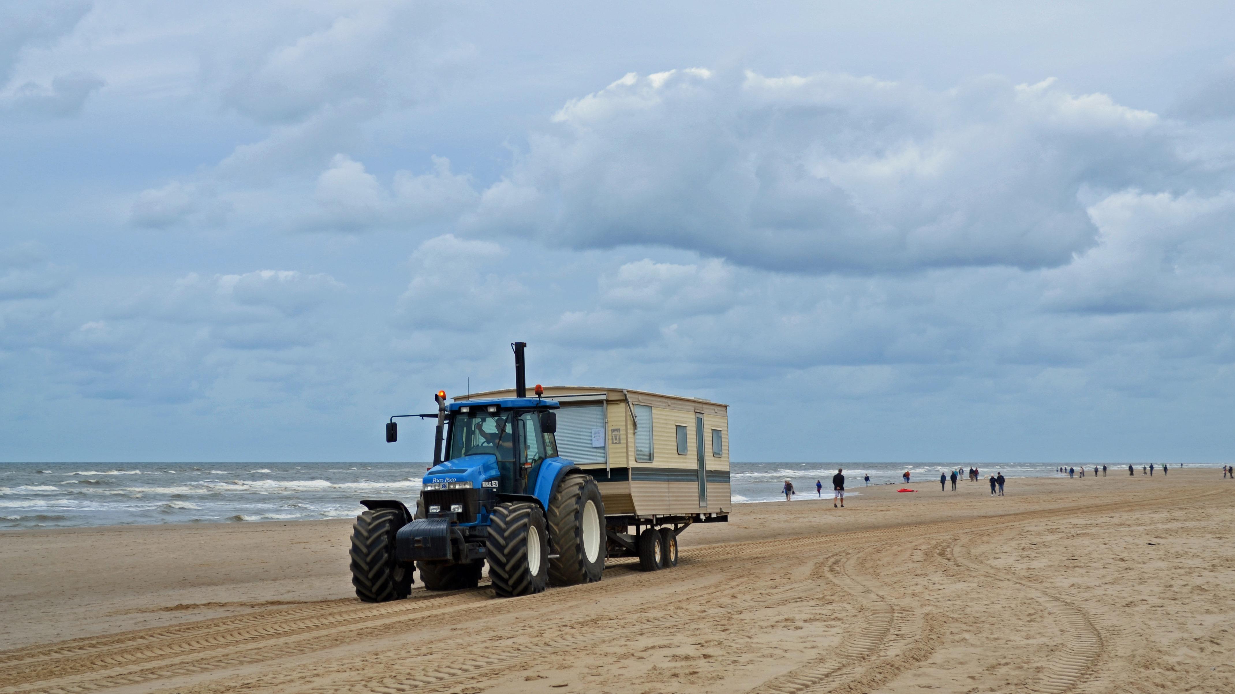 De strandhuisjes worden naar hun winterstalling gebracht, het badseizoen in Egmond aan Zee is nu echt voorbij (Foto: Sjef Kenniphaas).