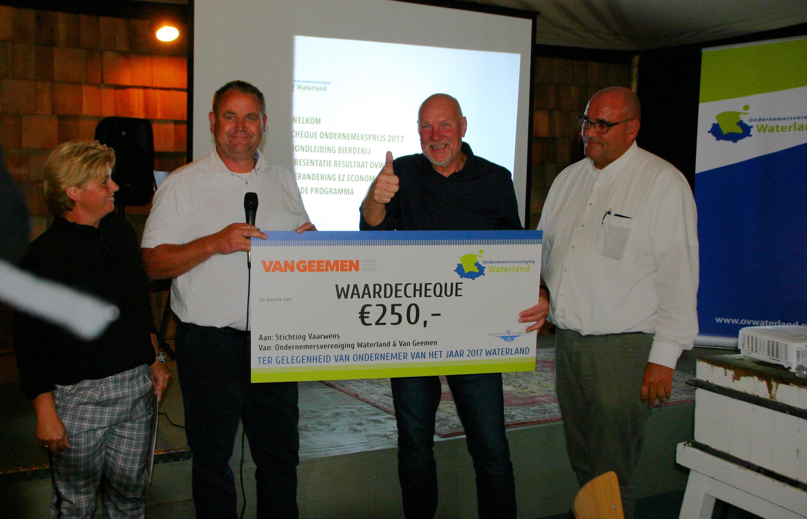 Tijdens een bedrijfsbezoek van Ondernemersvereniging Waterland (OVW) ontving Stichting Vaarwens een cheque ter waarde van €250. Deze cheque werd uitgereikt door Van Geemen, het bedrijf dat de titel 'Waterlandse Ondernemer van het Jaar 2017' in de wacht sleepte aan het begin van dit jaar. (Foto
