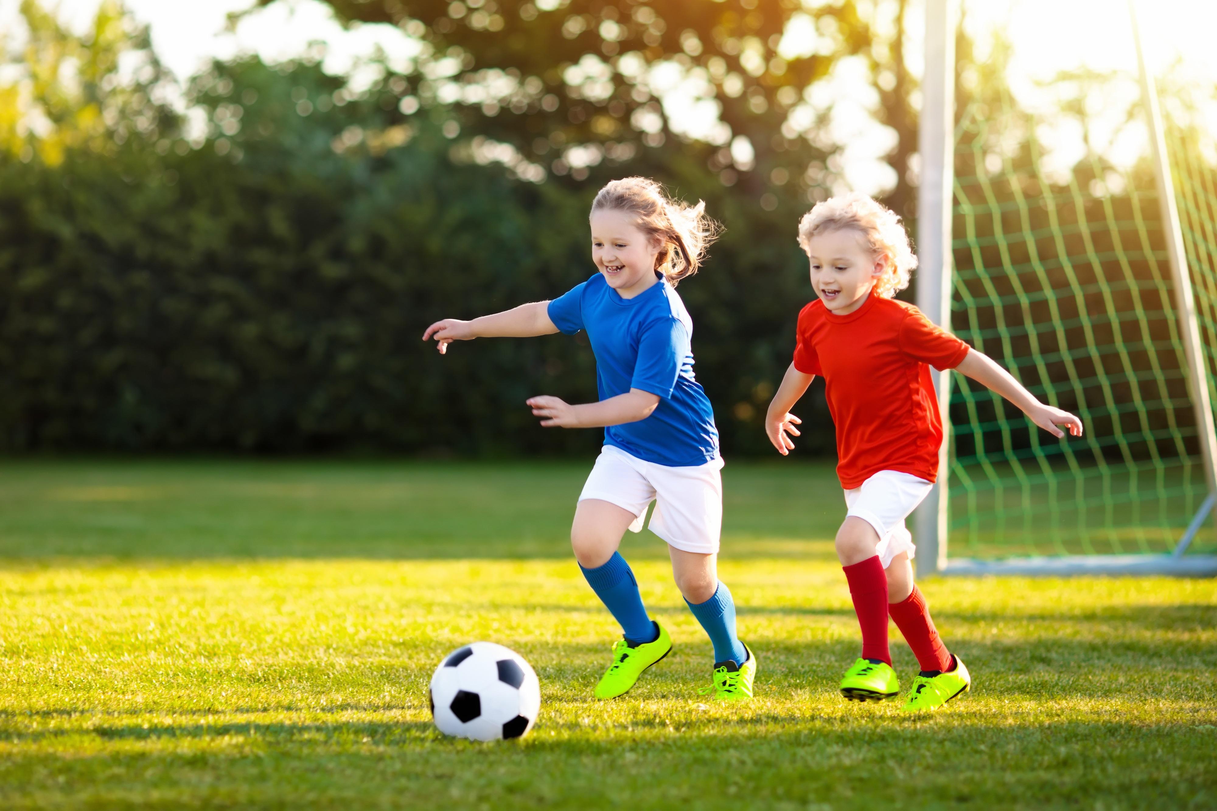 Voetballen is leuk voor jongens én meisjes. Probeer het een keertje bij Grasshoppers. (Foto: AdobeStock)