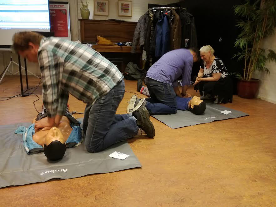 Deelnemers aan de EHBO-cursus oefenen het reanimeren van een persoon. (Foto: Aangeleverd)