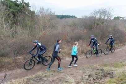 Door het intensieve gebruik van de onverharde paden door mountainbikers ontstaat regelmatig schade aan het natuurgebied. (Foto: PWN)
