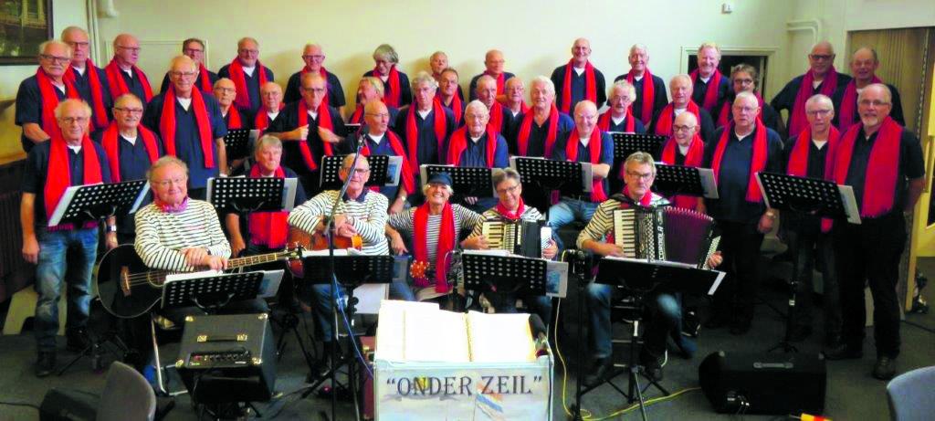 In de afgelopen jaren is ''Onder Zeil' uitgegroeid tot een groot en enthousiast koor met een crew die bestaat uit vijftig mannen (ex-zeevarenden en 'beste stuurlui') en zes muzikanten. (Foto: aangeleverd)