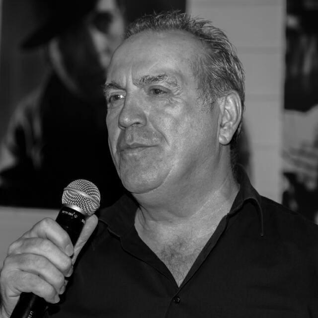 Georges Lotze zingt vrijdagavond opnieuw een nummer van Neil Diamond. (Foto: RTL)