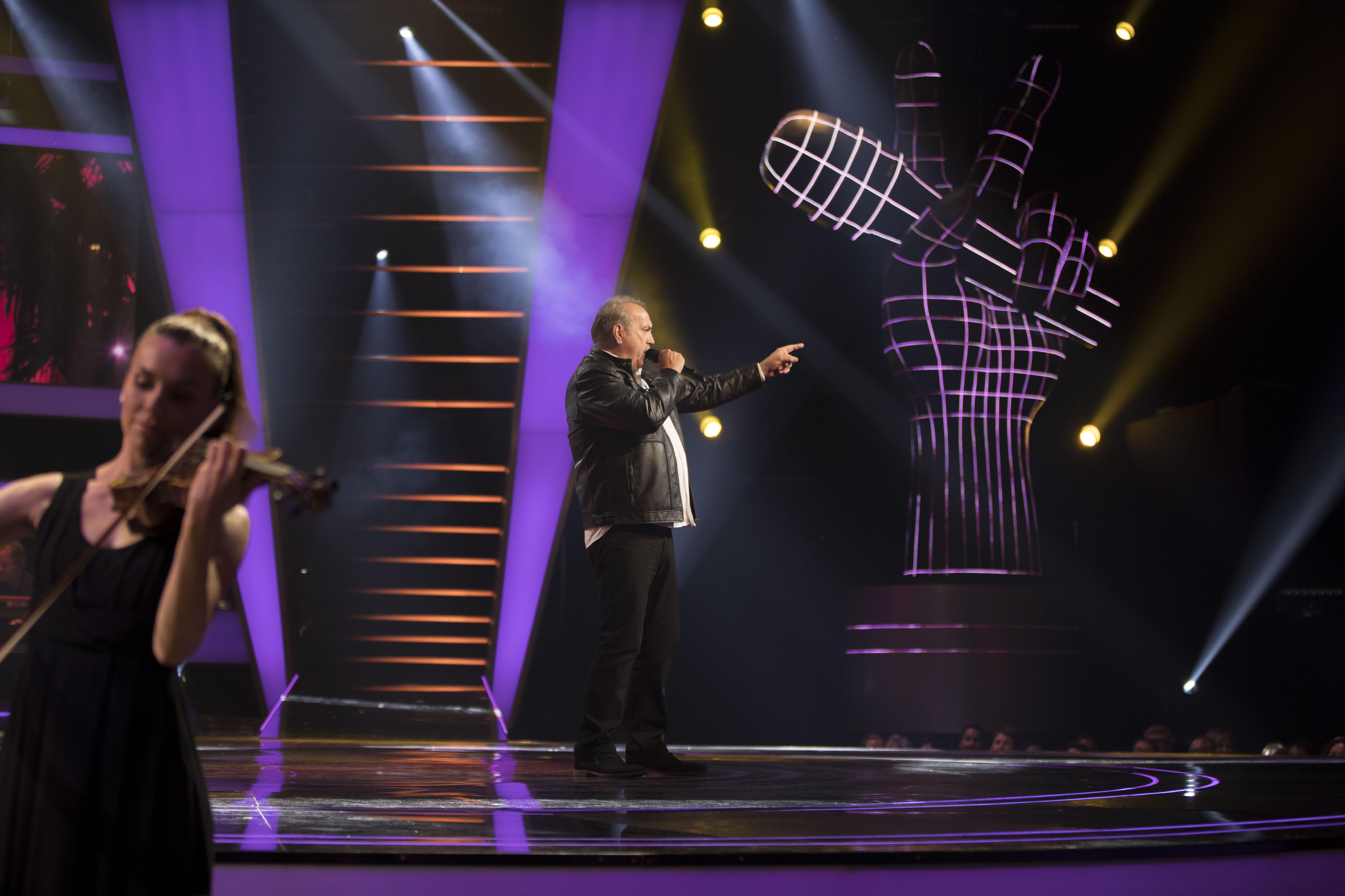 Georges Lotze zingt vrijdagavond opnieuw een nummer van Neil Diamond. (Foto: RTL) rodi.nl © rodi