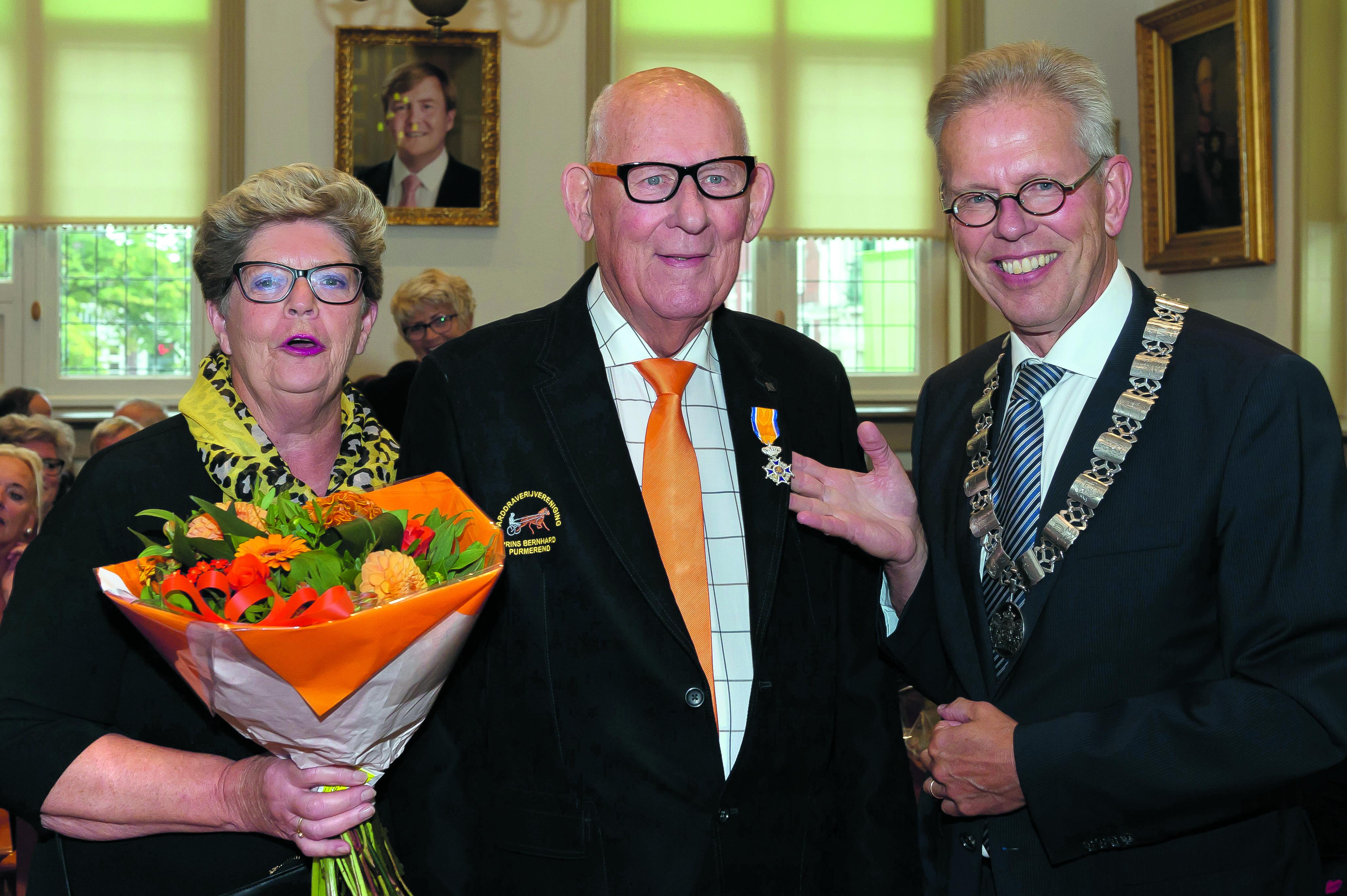 Jan Kuiper, hier samen met zijn Grada en burgemeester Don Bijl, reageerde ontroerd nadat hem de versierselen waren opgespeld. (Foto: Han Giskes)