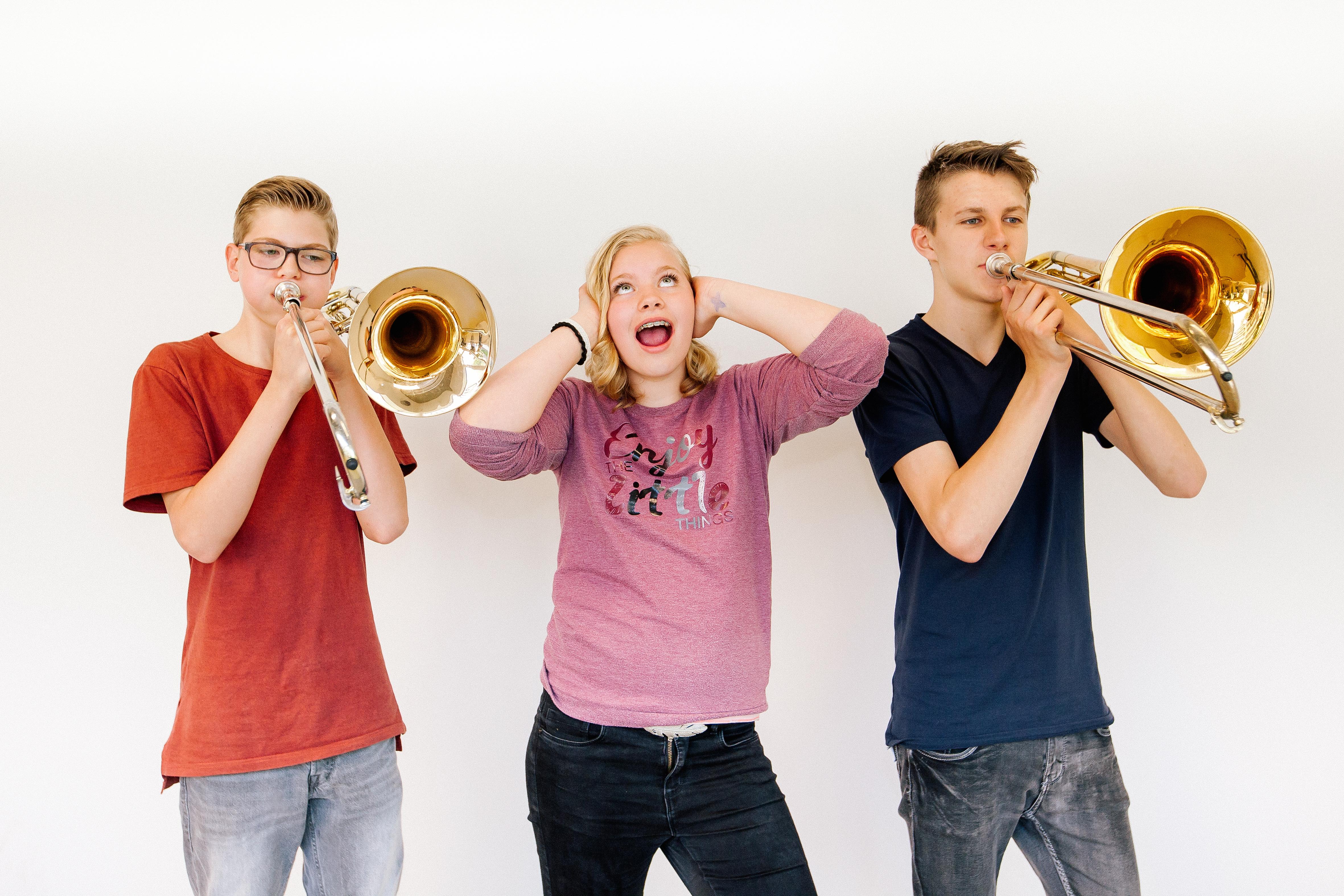 Jong en oud kunnen een muziekinstrument uitproberen tijdens de Open Dag. (foto aangeleverd)