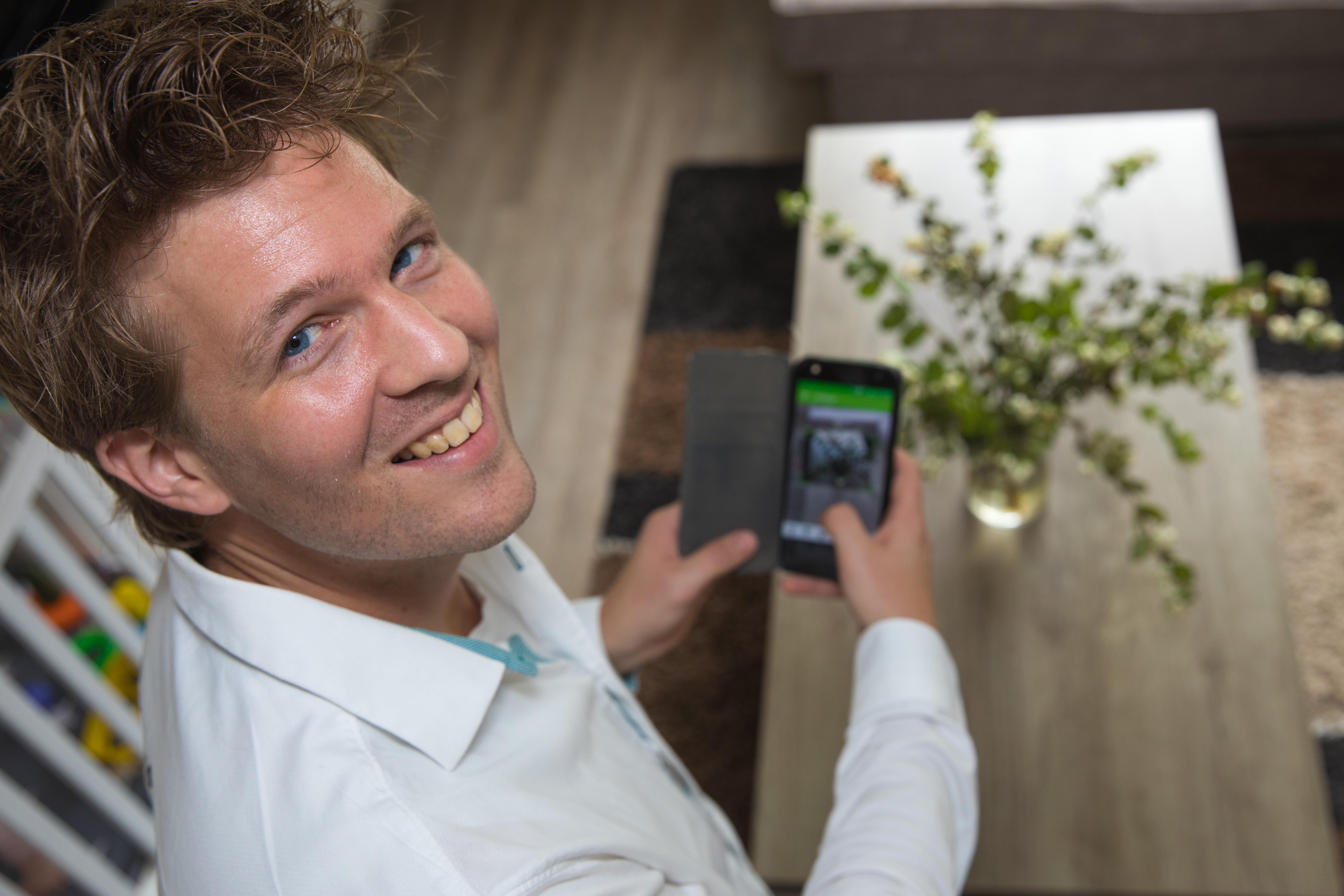 Rick Buiten uit Enkhuizen heeft de EcoScan ontwikkeld: een app die vertelt in welke prullenbak je afval kunt gooien. (Foto: Vincent de Vries/RM)