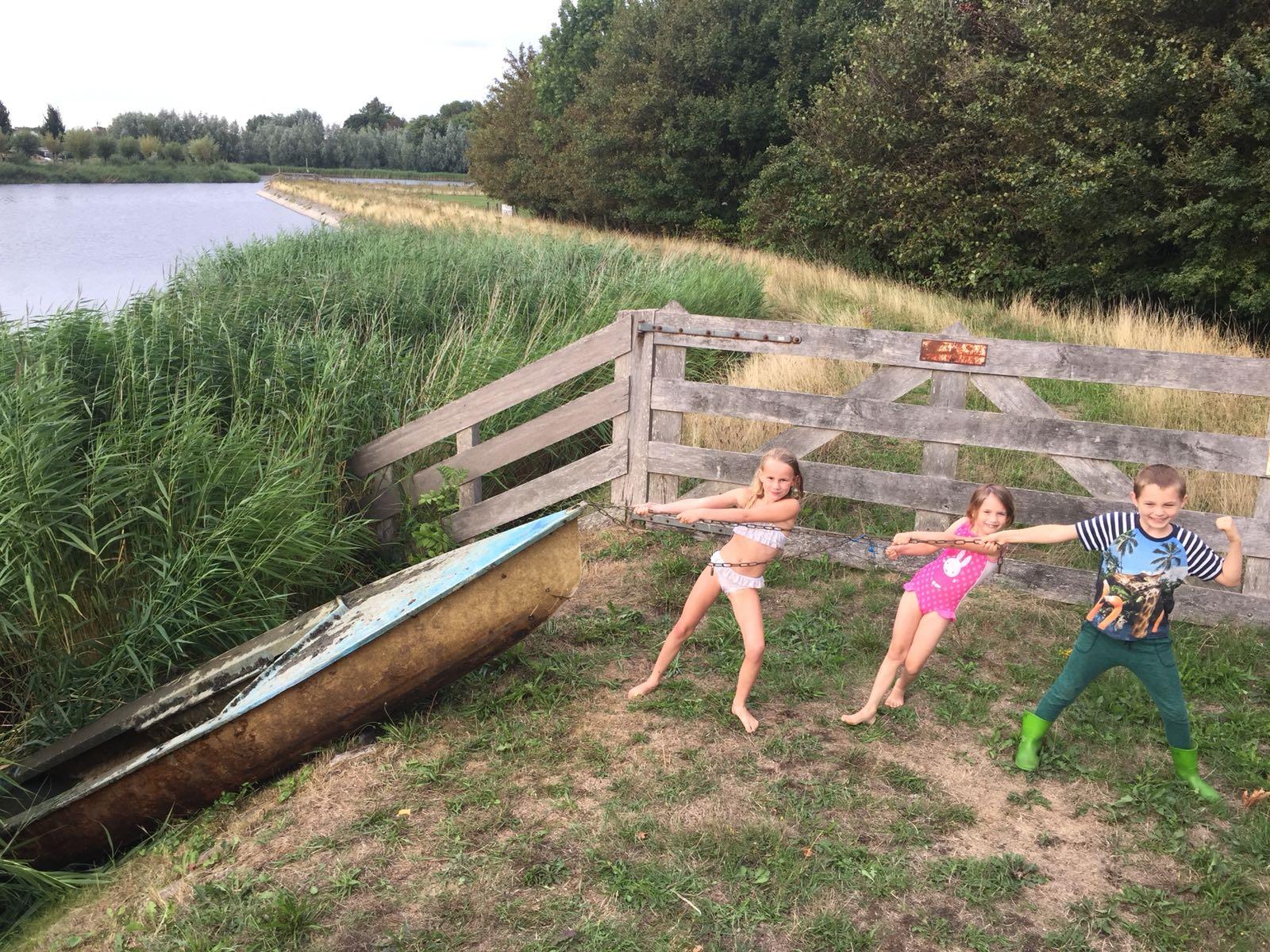 Opruimkanjers Fien, Anne en Max zijn alvast begonnen met het opruimen van de buurt. Bij de kade aan de Gibbon vonden ze deze boot die half onder water lag. (aangeleverde foto)