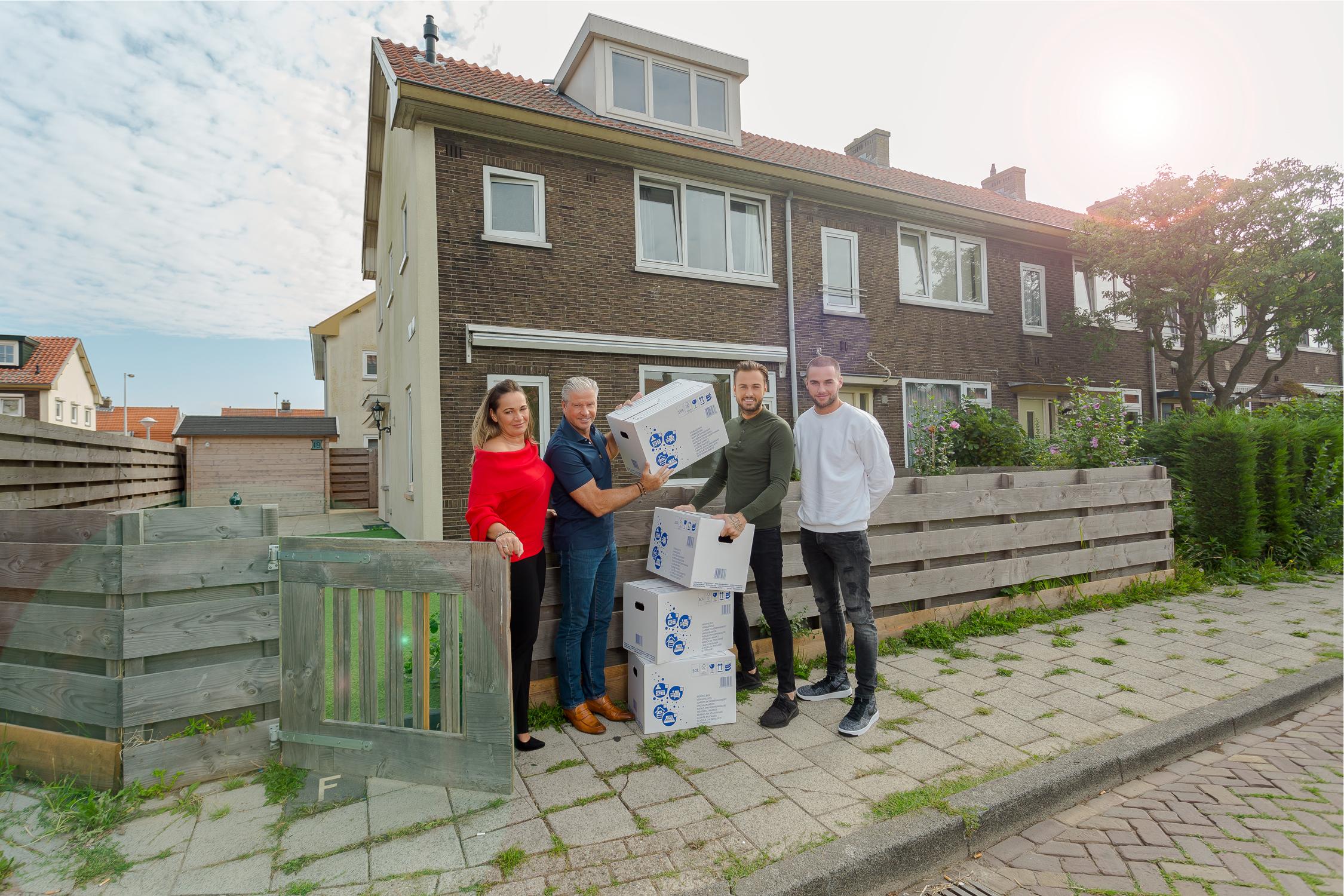 Showbizzfamilie Roelvink betrekt hun tijdelijke huis in Tuindorp-Oostzaan. (Foto: Wessel de Groot)