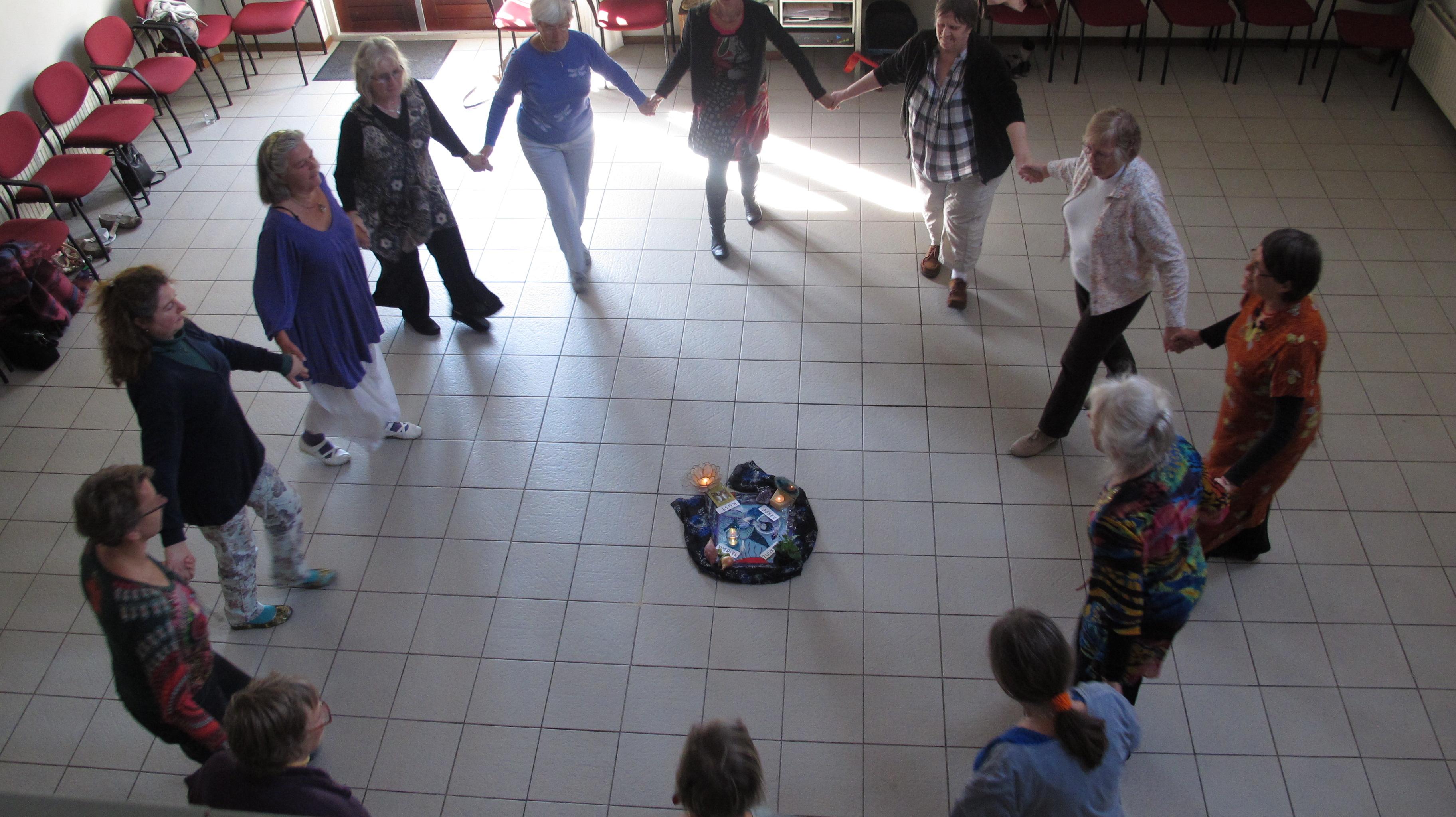 Eenvoudige kringdansen. (Foto: aangeleverd)