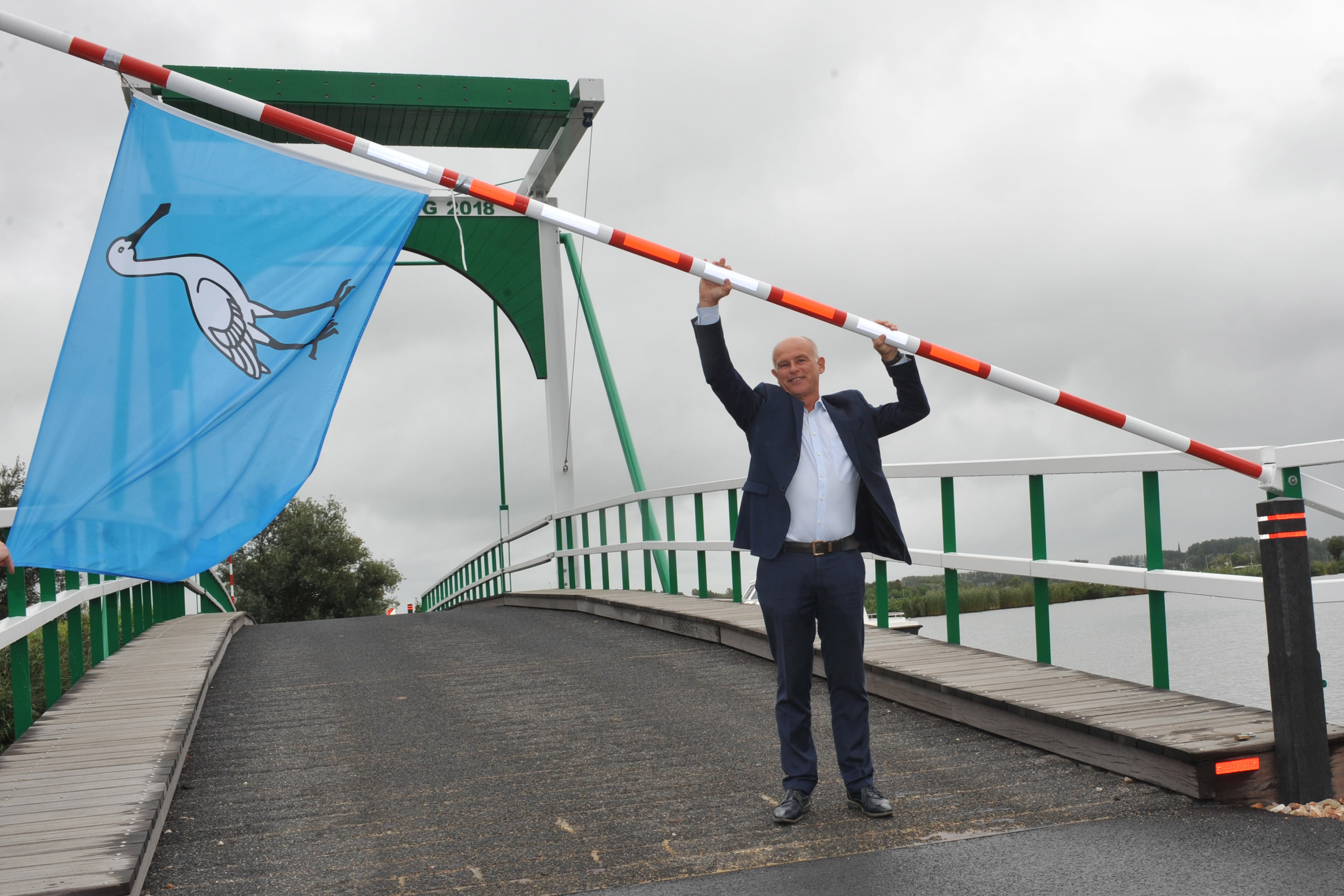 Wethouder Rob Berkhout opent Bartelsluisbrug. (Foto: Gemeente Wormerland)