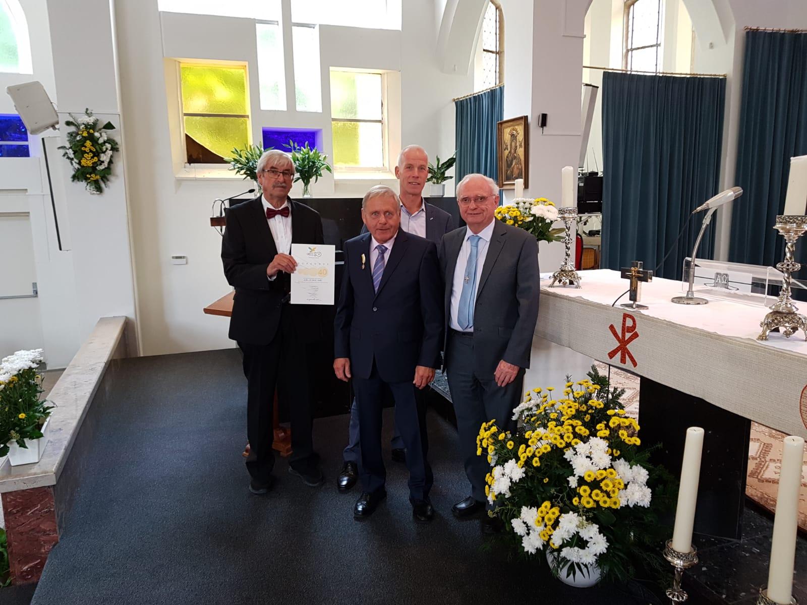 Vlnr. Hans Munster (voorzitter gemengd koor), jubilaris Luc Niekus, Johan Zwemmer (voorzitter parochierad) en jubilaris pastor Henny Slot. (aangeleverde foto)