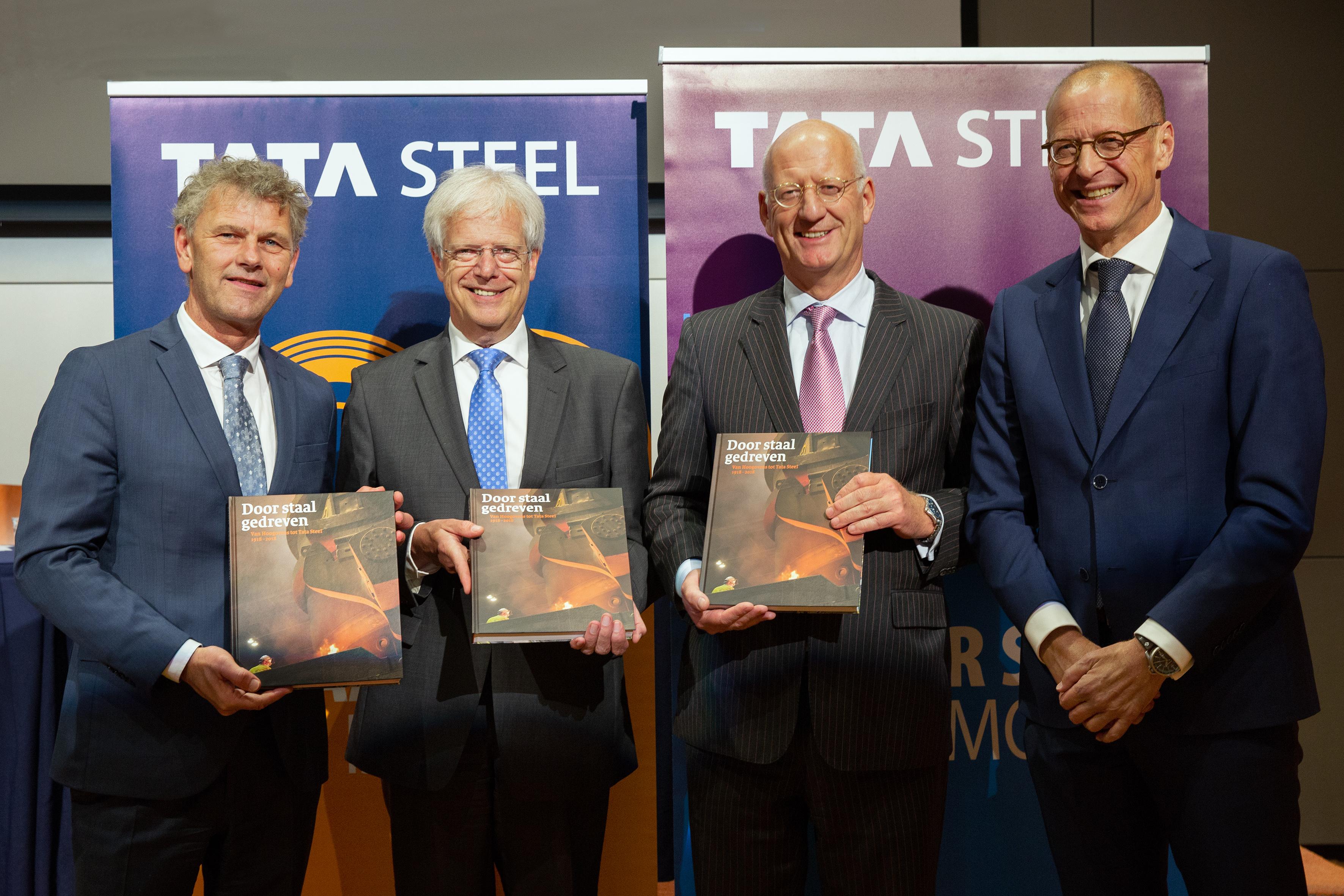 De overhandiging van het eerste exemplaar door Bram Bouwens (uiterst rechts) aan Theo Henrar (directievoorzitter Tata Steel Nederland, tweede van rechts), Hans Fischer (CEO en CTO van Tata Steel in Europa, tweede van links) en burgemeester Martijn Smit van Beverwijk (geheel links). (Foto: Tata Stee