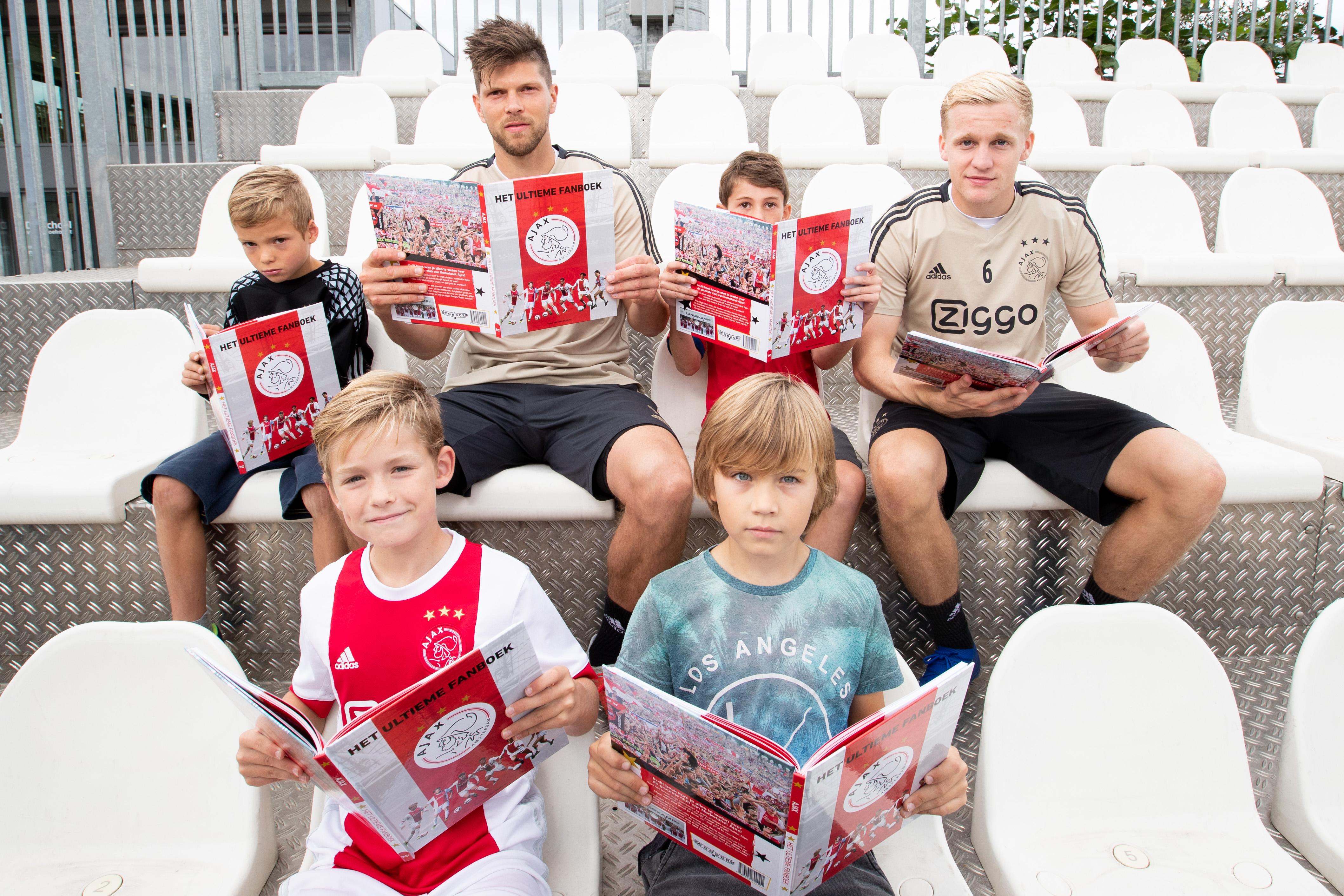 De ZOB-voetballertjes Daniël en Dante (voorgrond) doken samen met twee leeftijdsgenootjes en de Ajacieden Donny van de Beek en Klaas Jan Huntelaar meteen in het ultieme fanboek. (Foto: Tom Bode)