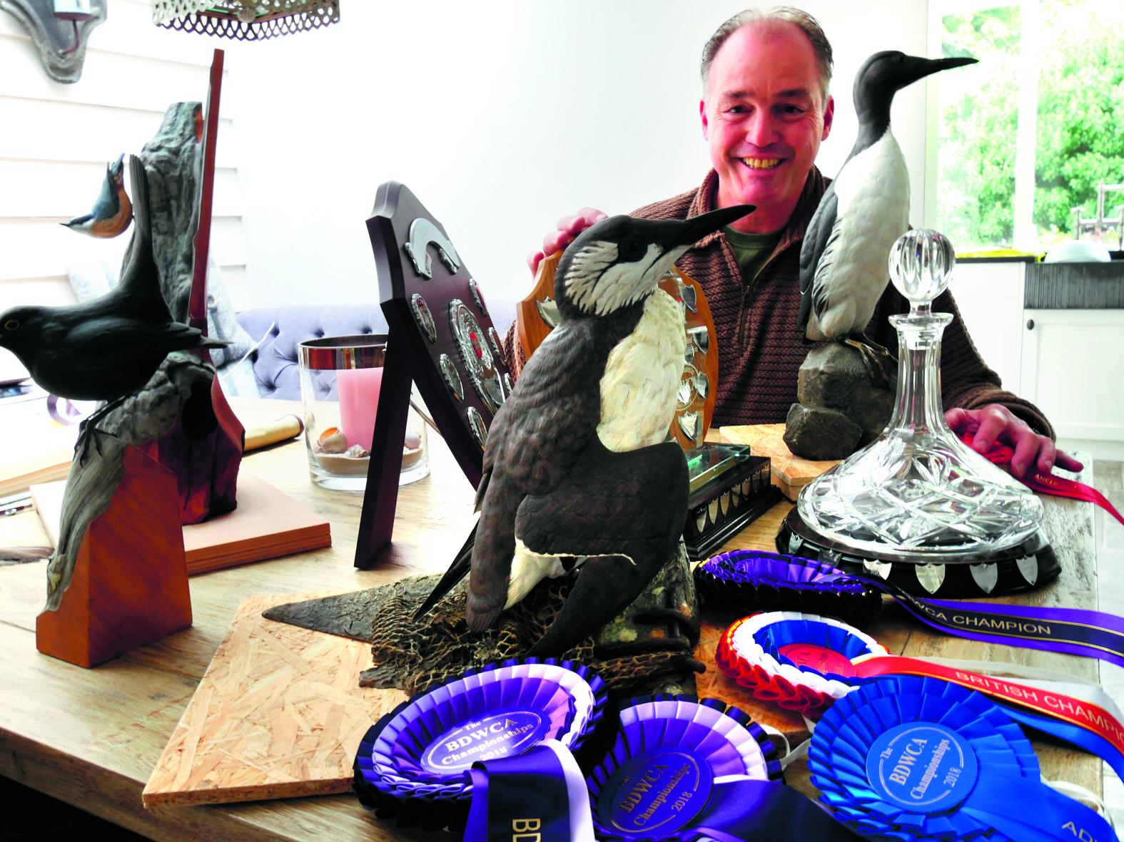 De houten vogels van Ton Visser zijn bijna niet van echt te onderscheiden. (Foto: Tineke Leegwater / RM)