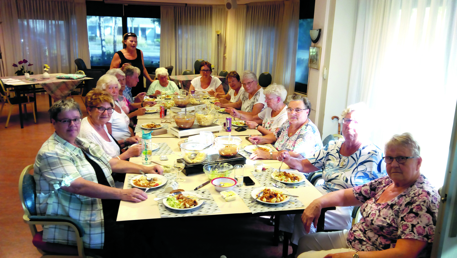 Een aantal bewoners van De Groene Horst geniet elke maand samen van een door bewoonster Joke de Geus gekookte warme maaltijd. (Foto: Bos Media Services)