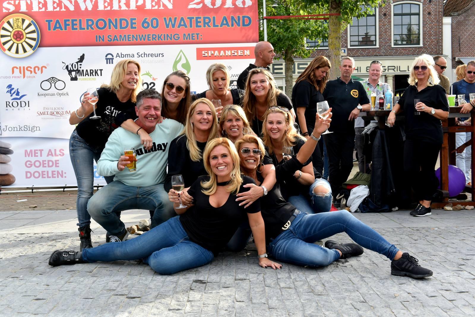 Clup Welzijn en Stichting Jarige Job waren wat blij met de cheque die ze kregen overhandigd. (Foto: Tafelronde 60 Waterland) rodi.nl © rodi