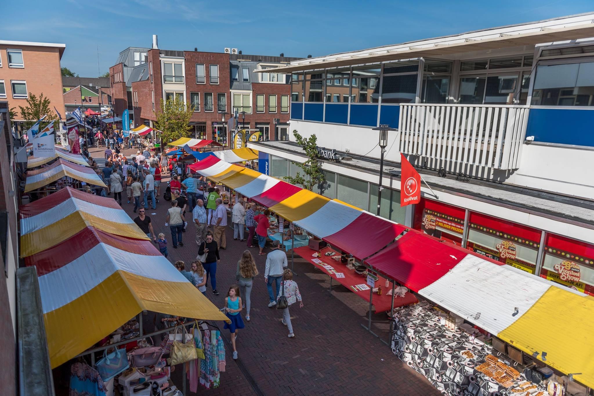 Diverse marktkramen in het centrum van Landsmeer. (Foto: aangeleverd)
