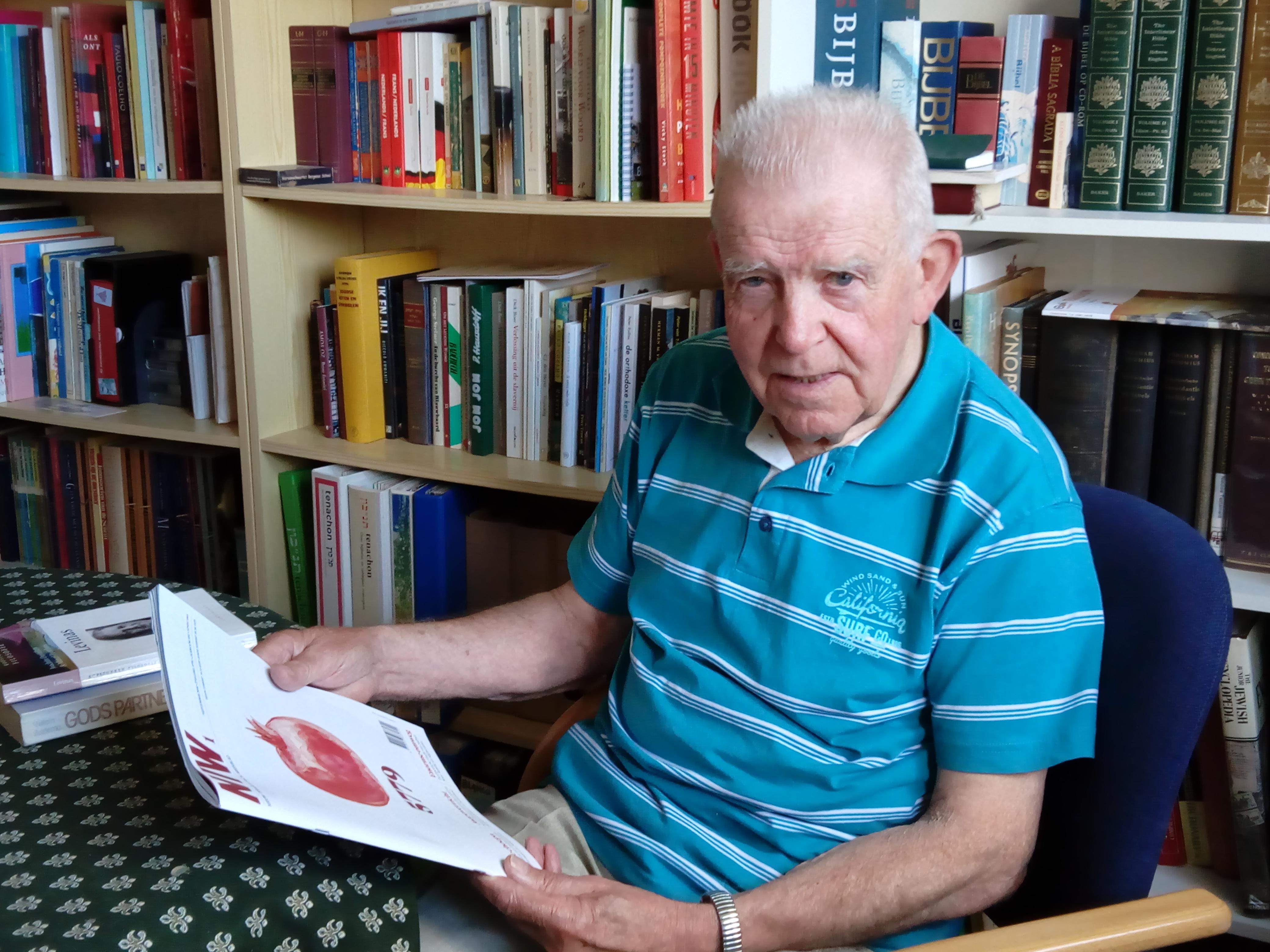 Jan Henneman bladert in het Nieuw Israëlitisch Weekblad, een tijdschrift waarop hij is geabonneerd en waaruit hij veel inspiratie haalt. (Foto: Bos Media Services)