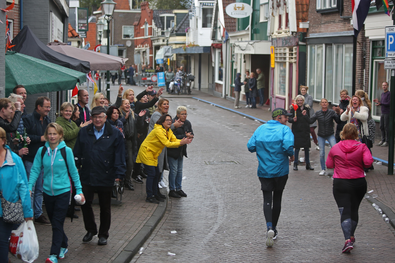 Toeschouwers moedigen achterhoede Damlopers aan op de Peperstraat in Zaandam. (Foto: Rowin van Diest)