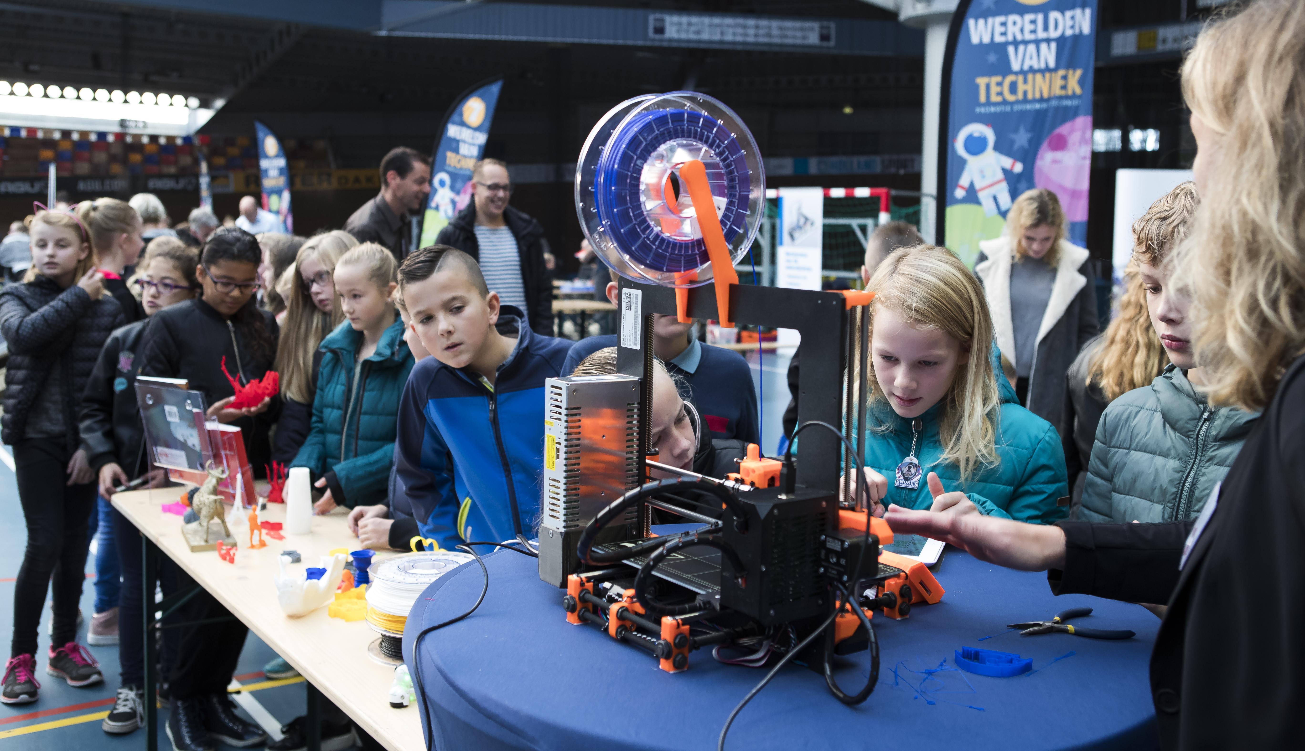 Leerlingen gaan ook aan de slag met 3D-printers. (Foto: PETevents / fotograaf: Koen Suyk)