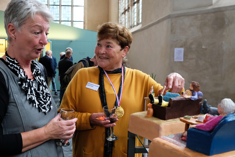 Voorzitter van de Waterlandse Kunstkring Vera Schoone (links) met erelid Malisca Muller (rechts) bij werk van Malisca. (Foto: Ria Houweling/Bouwman)