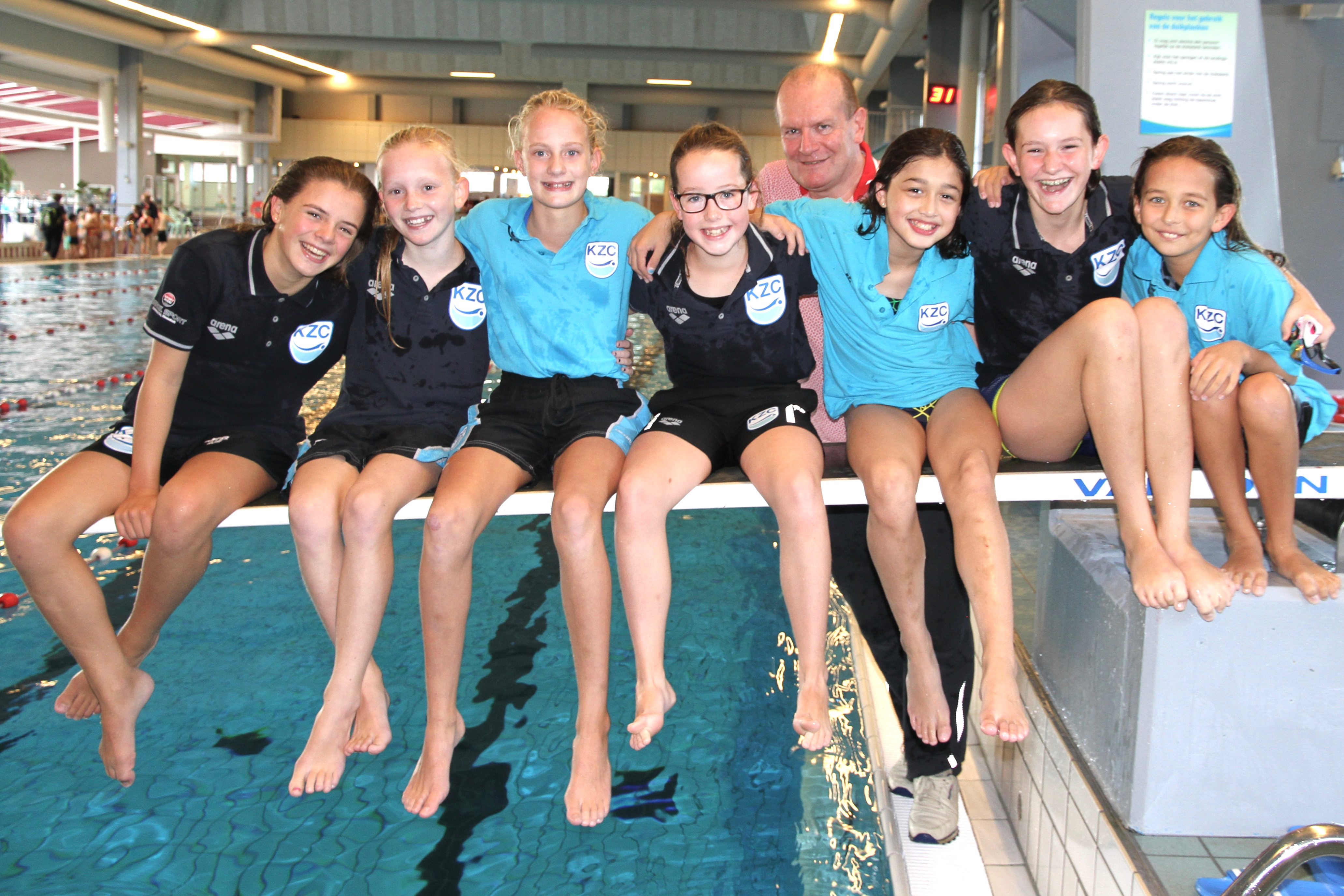 Op de foto van links naar rechts: Maya, Nanou, Eline, Anne, Emma, Lisan en Lisanne met hun trainer Paul Martens. (Foto: Aangeleverd)