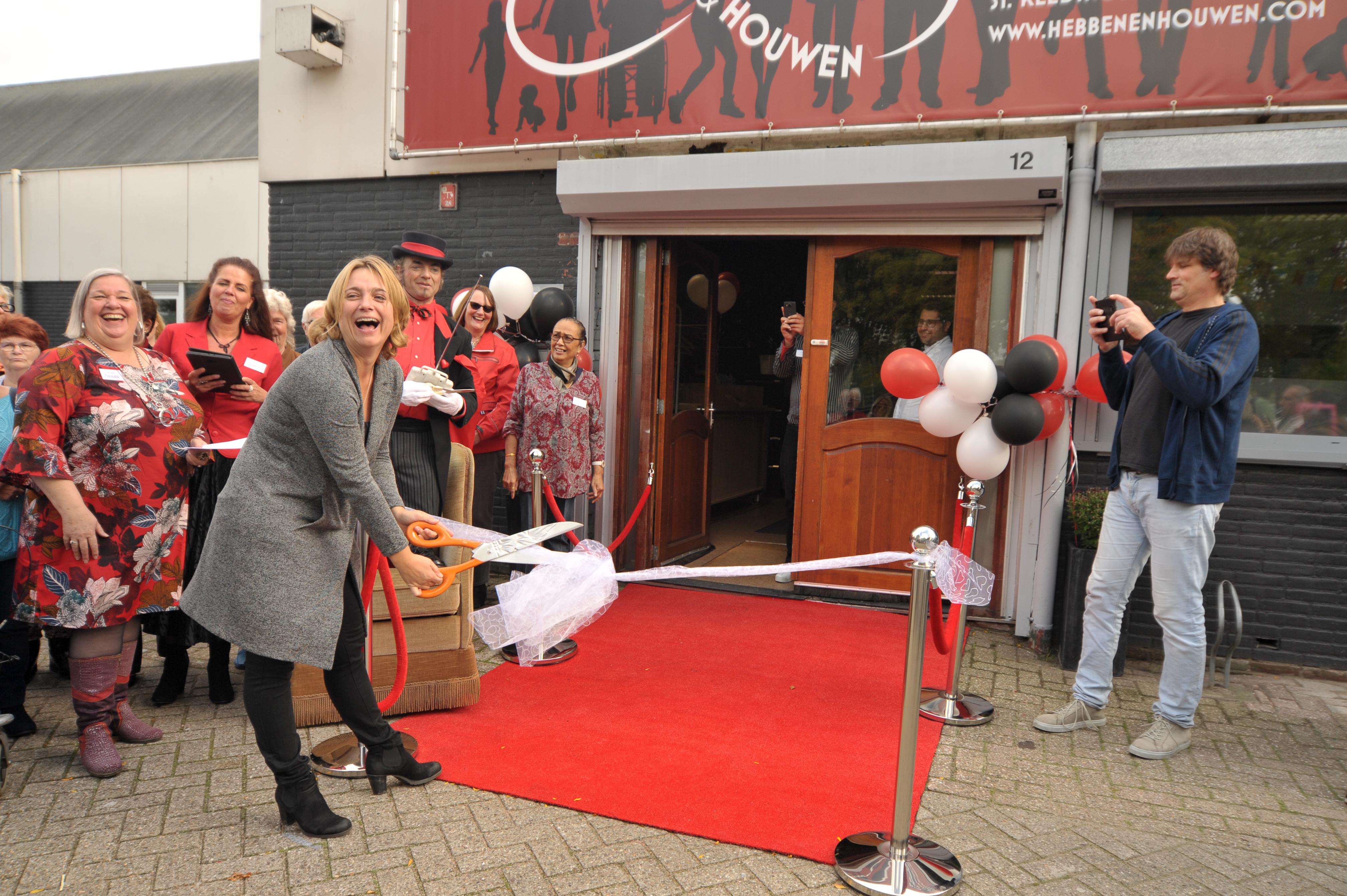 Erna Berends knipt het lint door. (Foto: Rob Beense / www.foto.beense.nl)