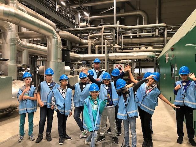 Leerlingen van DURV! school Amstelstraat krijgen een rondleiding in de Huisvuilcentrale. (Foto: aangeleverd)