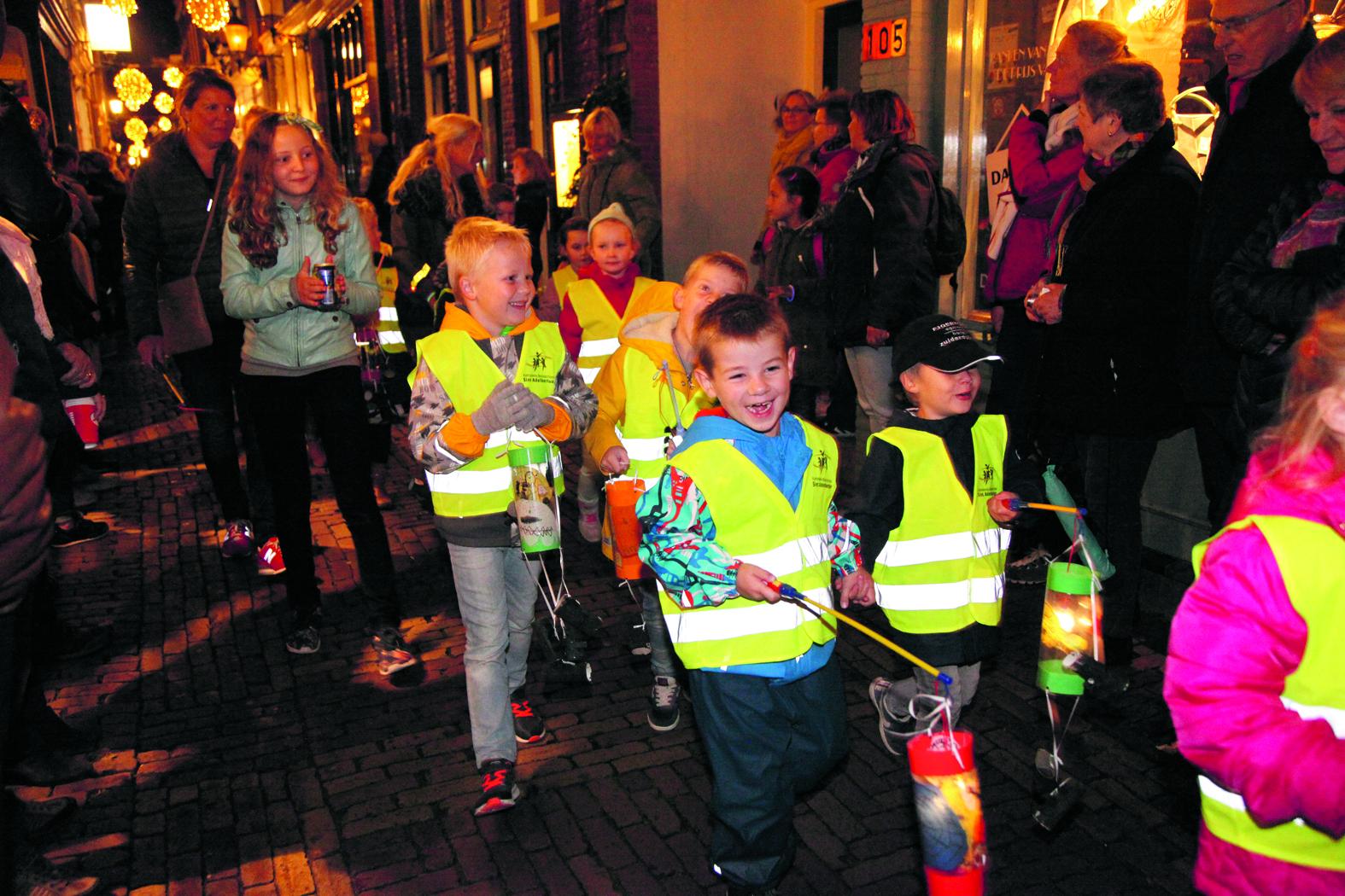 Elk jaar weer is het een prachtig gezicht wanneer de straten in centrum Alkmaar zich vullen met stralende gezichtjes en duizenden lichtjes. (Foto: aangeleverd)