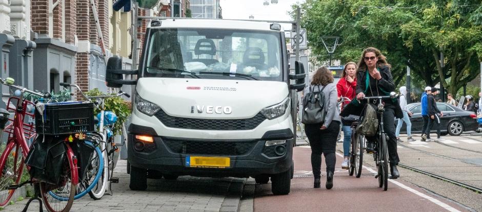 Auto op de stoep. (Foto: gemeente Amsterdam)