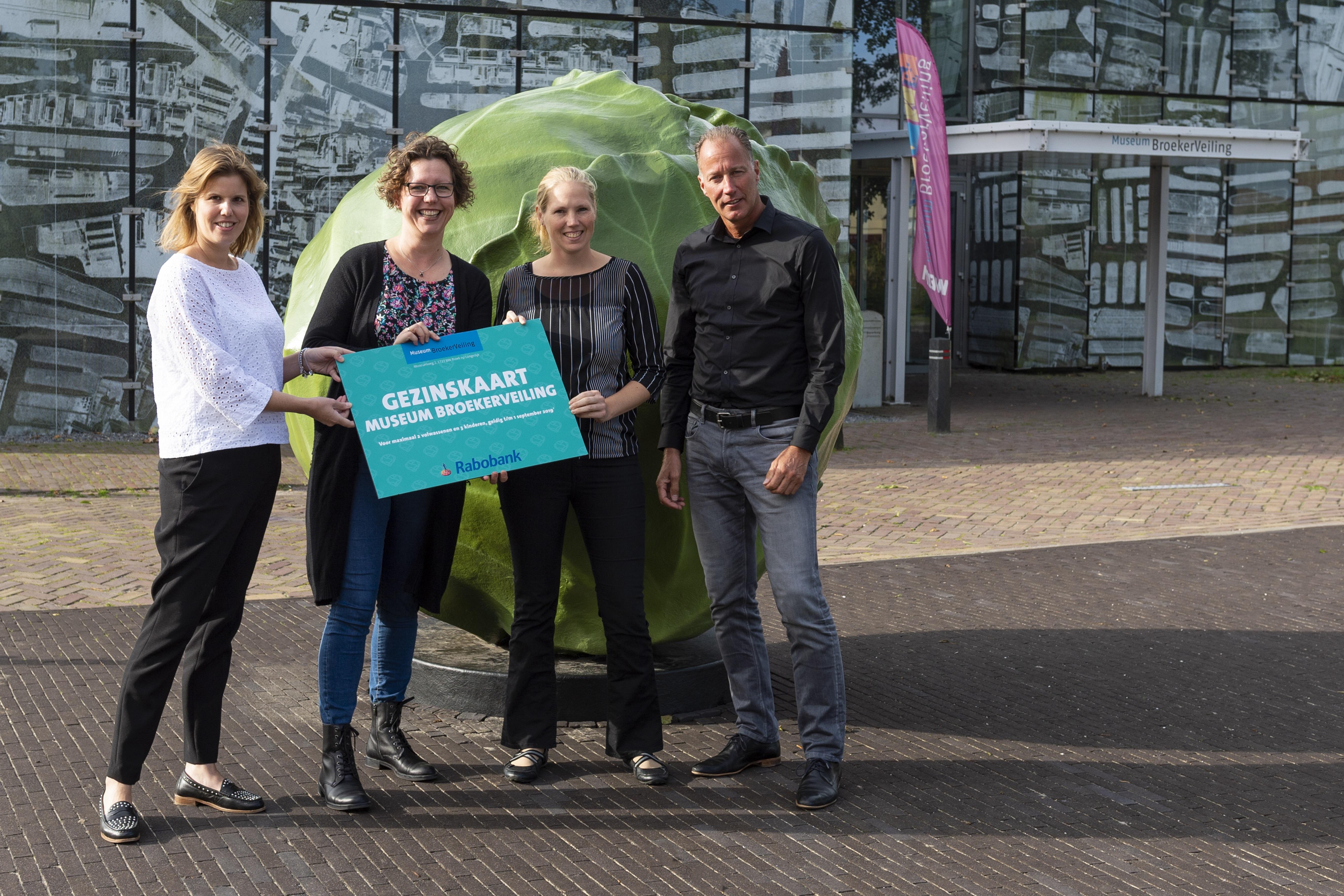 Vrijdag 28 september om 10.00 uur zijn in Museum BroekerVeiling de gezinskaarten officieel uitgereikt aan de Voedselbank door Ron Karels, directeur Museum BroekerVeiling en een vertegenwoordiger van Rabobank Alkmaar e.o. (Foto: Daniël Vos)