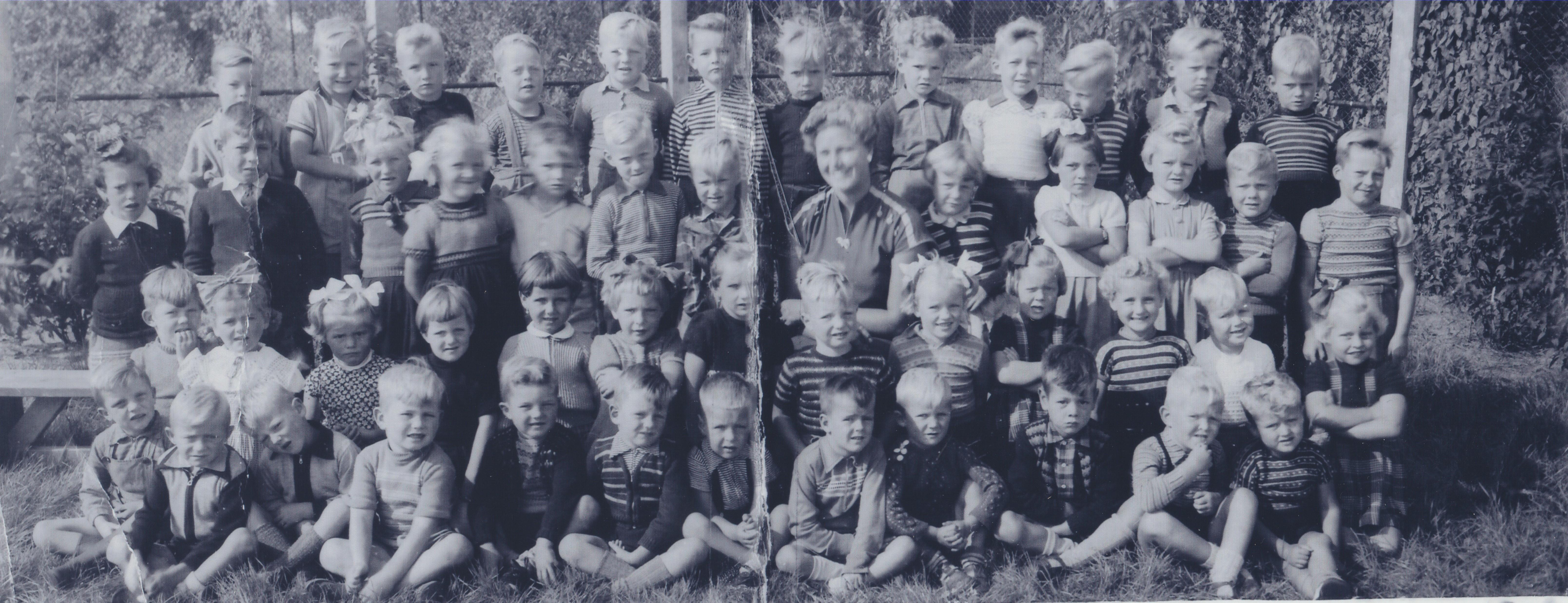 Deze foto uit het archief van de Historische Kring Heemskerk toont de kinderen van kleuterschool St. Bernadette uit het jaar 1957. (Foto: Aangeleverd)