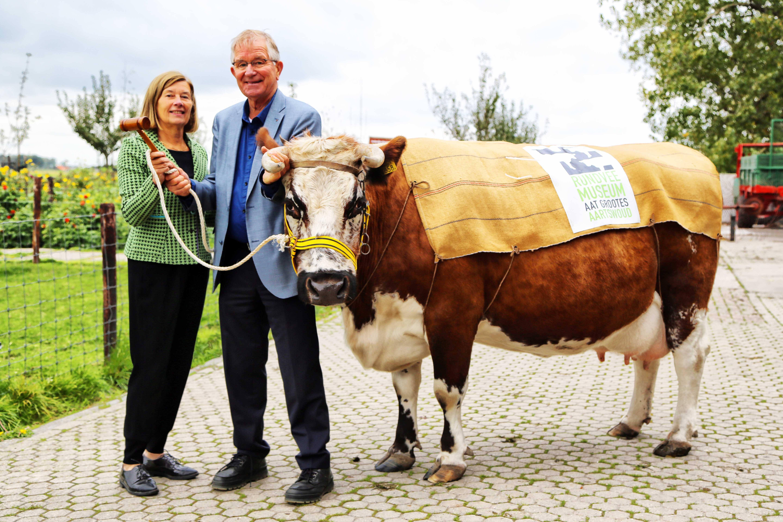 Meindert Nieuweboer geeft door voorzittershamer over aan Elly Deutekom. (Foto: Hanneke de Boer)