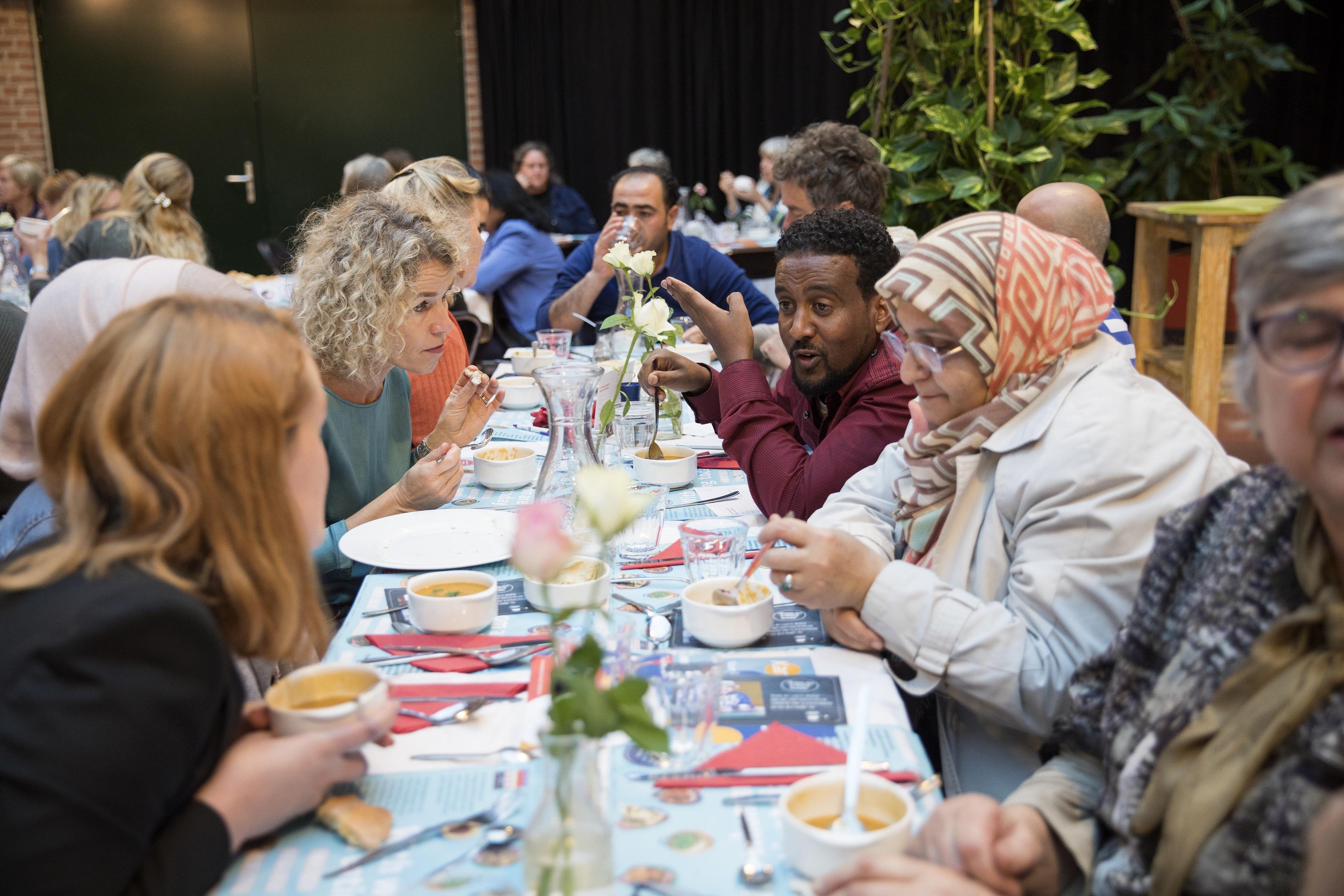 Integratiediner met Resto VanHarte en VluchtelingenWerk. (Foto: aangeleverd)