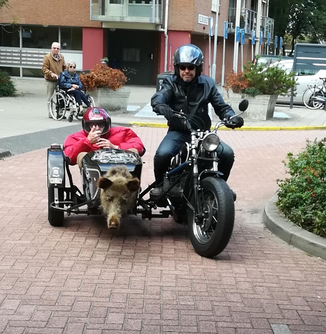 De heer Velthuizen werd zondag door Rob de Groot opgehaald voor een ritje in het zijspan van zijn motor. (Foto: Gouden Dagen Heemskerk)