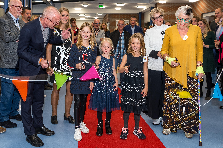 De officiële opening in beeld. Met Julie, Milou en Eline, mevrouw Pen-Satlie (rechts) en wethouder Harry Rotgans (links). (Foto: Evert Ruis)