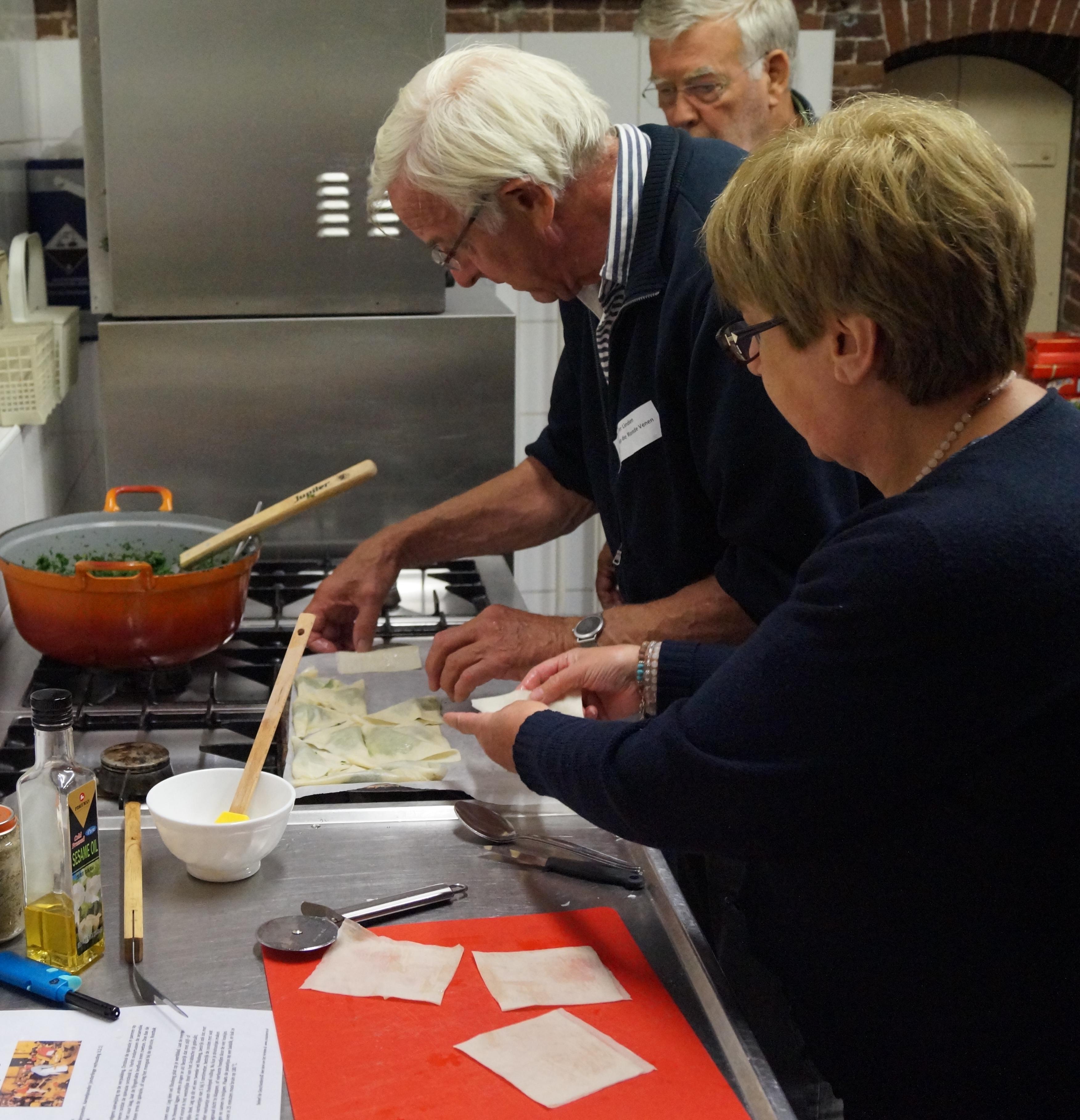 Deelnemers koken en eten samen, maar gaan tijdens de historische kookworkshop ook 'terug in de tijd'. (Foto: aangeleverd)