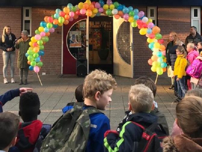 De kinderen worden opgewacht met een ballonnenboog. (Foto: aangeleverd)
